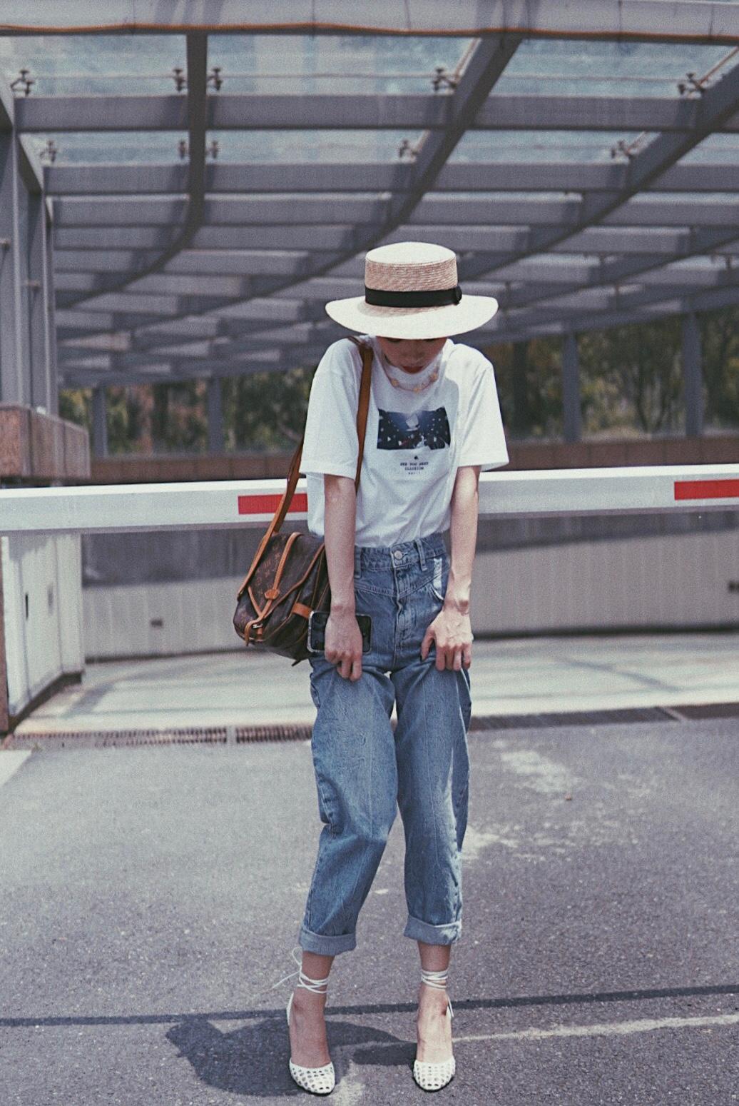#5月不减肥,6月照样筷子腿!# 优衣库和柯南联名款T 恤,是近期最爱的单品之一了。搭配的是高腰牛仔长裤和坡跟凉鞋,拉长下半身比例做长腿女孩。值得提到的是,这双凉鞋真的非常显高哦,而且即使不会穿高跟鞋的人穿着也无压力,很稳不崴脚哦。像这样搭配一个高腰牛仔裤,确实拥有筷子腿效果。