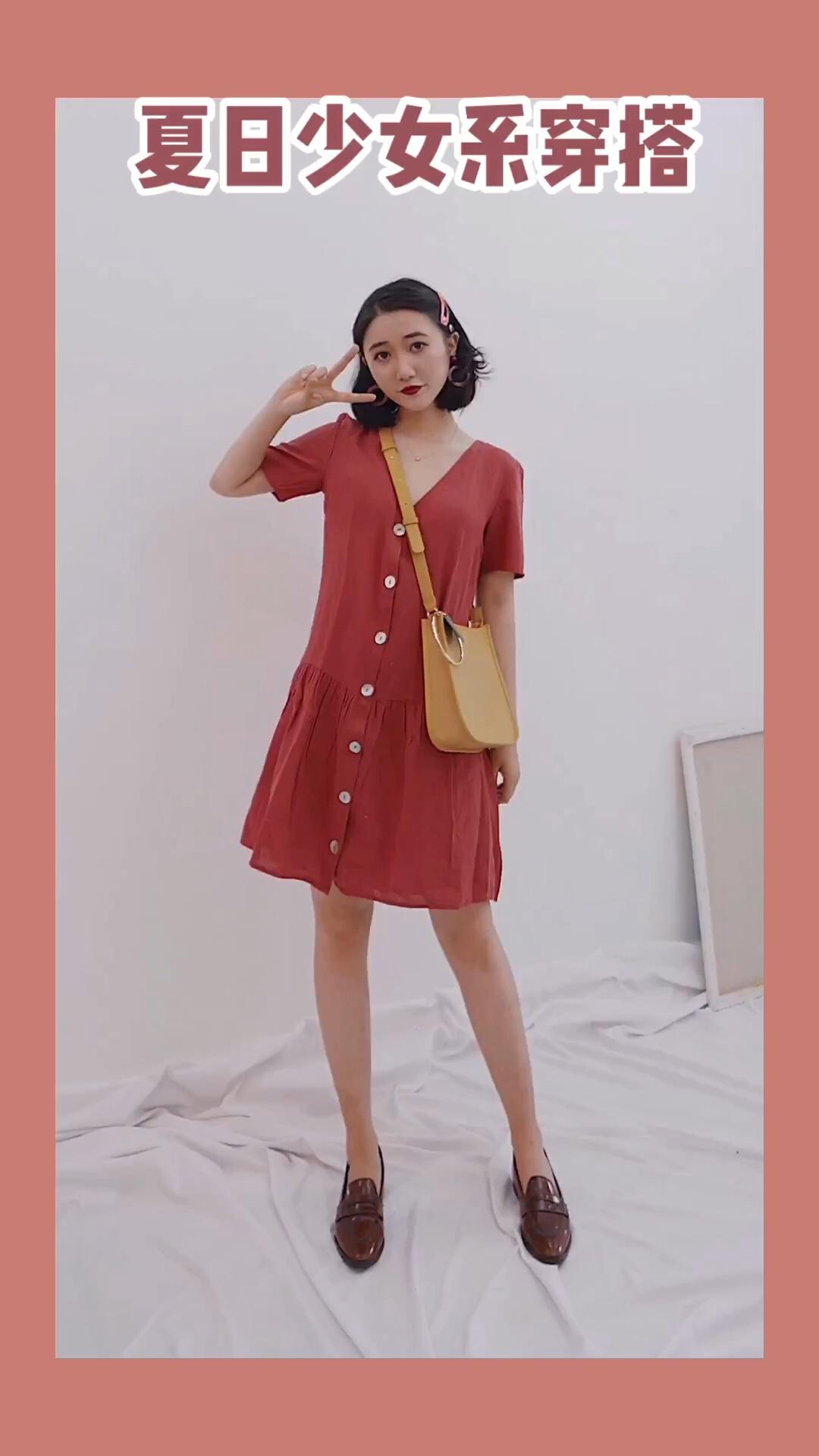 #618一天入手,30天穿搭不重样!#夏日少女感穿搭 又是一件我喜爱的砖红色连衣裙,宽松的版型,我是最爱了,可以遮住身体上的肉肉,裙摆的设计,少女感十足,可爱极了,搭配撞色系的包,无敌可爱少女~这样穿搭特别减龄啦~