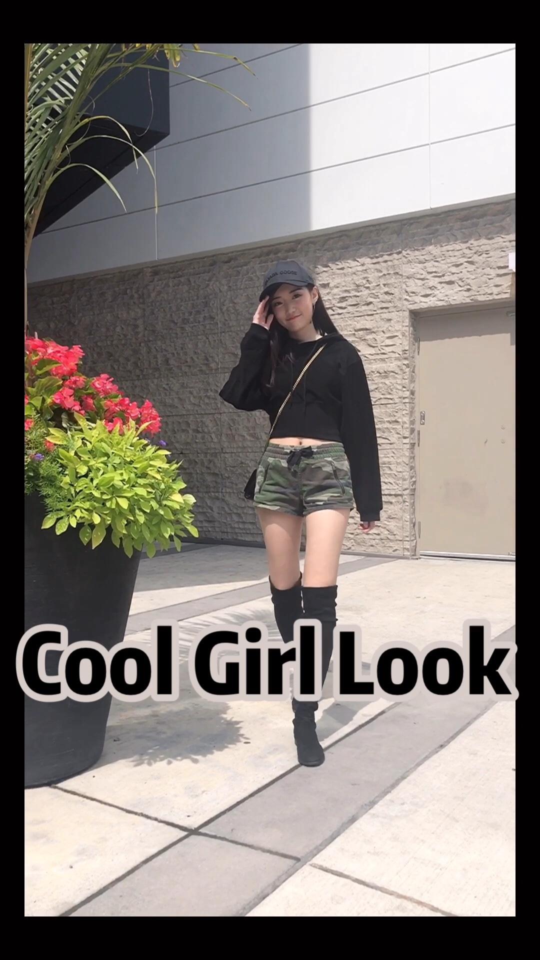 #618一天入手,30天穿搭不重样!#  旅行穿搭一定少不了军绿色 想要酷一点可以选择更加中性的迷彩风格哦 一样可以穿出迷人又帅气的一面!  look1:随性的短t搭配不规则设计军绿色半身裙 配上Rebecca minkoff军绿铆钉包 更有气质  look2:高筒靴搭配短裤 不热 也会很显高显腿瘦哦!