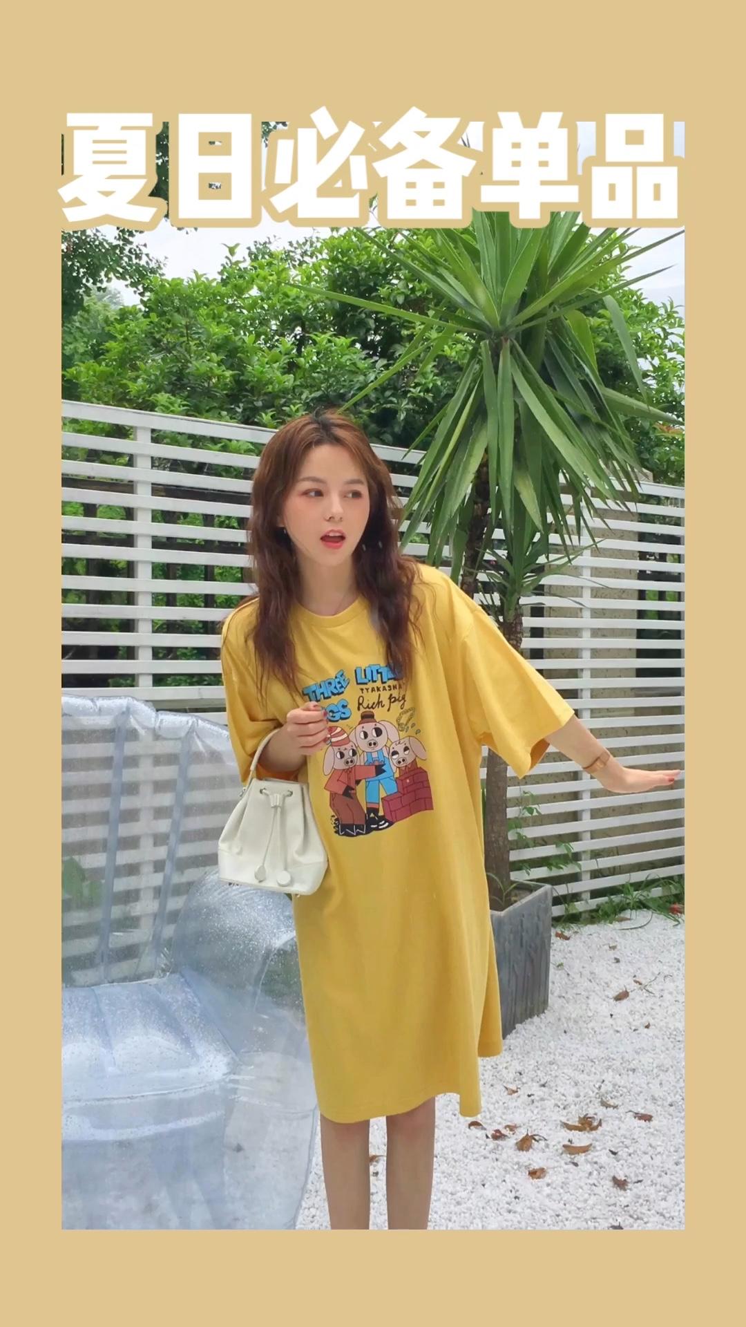 摄影:小鲸鱼 场地:山月空间 #蘑菇街新品测评# 黄色T恤连衣裙 真的是减龄必备呀 长度刚好过膝盖 可以遮住大腿和小粗腰 喜欢喜欢 nice~
