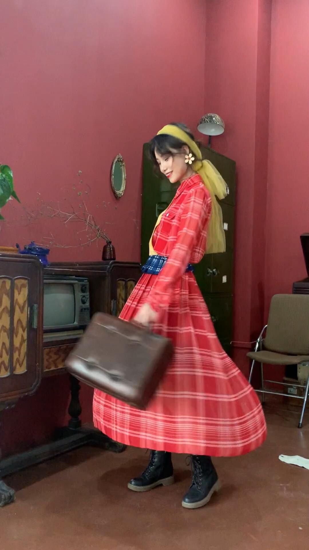 #蘑菇街新品测评# 看到这个三原色格纹拼接简直惊艳٩😍۶ 🧚🏻♂️合同色衬衣在一起就像一条连衣裙👗 但搭配上远不止这一种可能性🎭 趣味的 好玩的 特别的远不止这一件   场地提供:xunruo studio