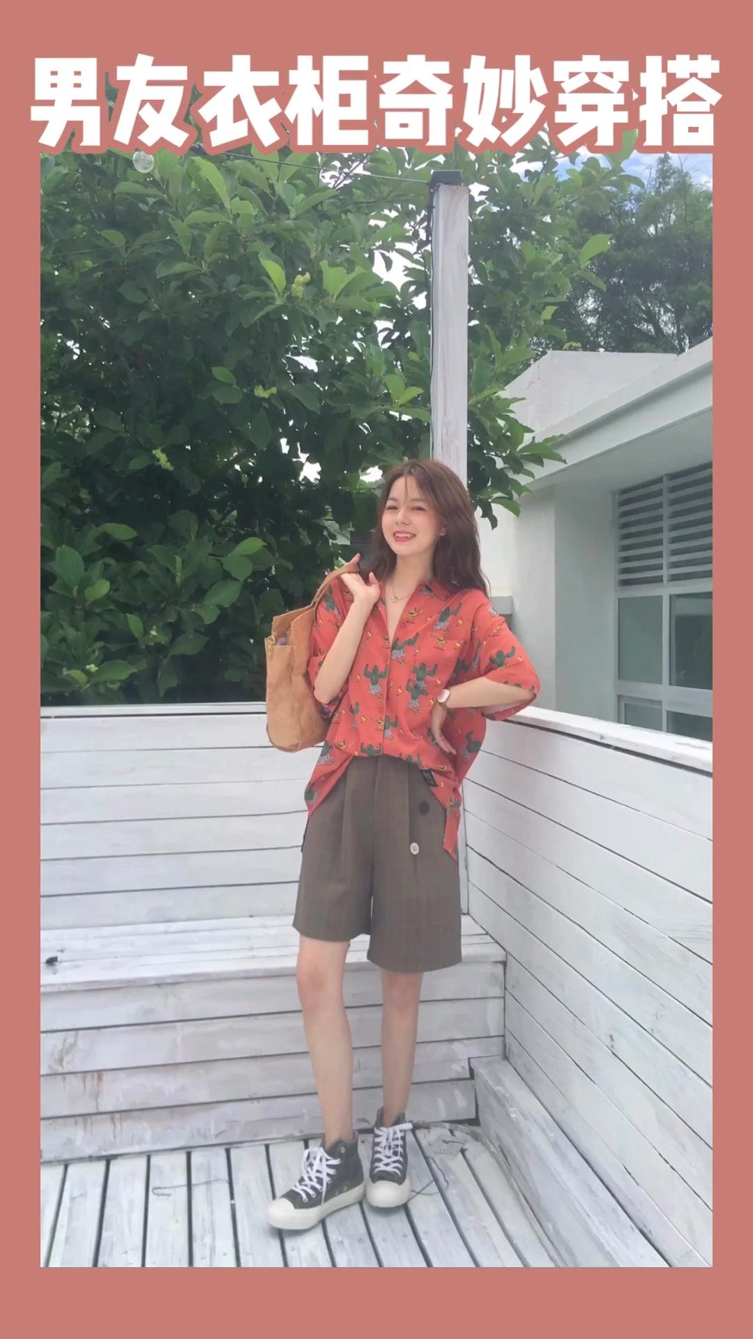 摄影:小鲸鱼 场地:山月空间 #蘑菇街新品测评# 格子拼接休闲短裤 配橘色系涂鸦衬衫  这套真的是出行旅行必备单品 可以说是有一点点的酷 与男友配情侣装也很不错哦