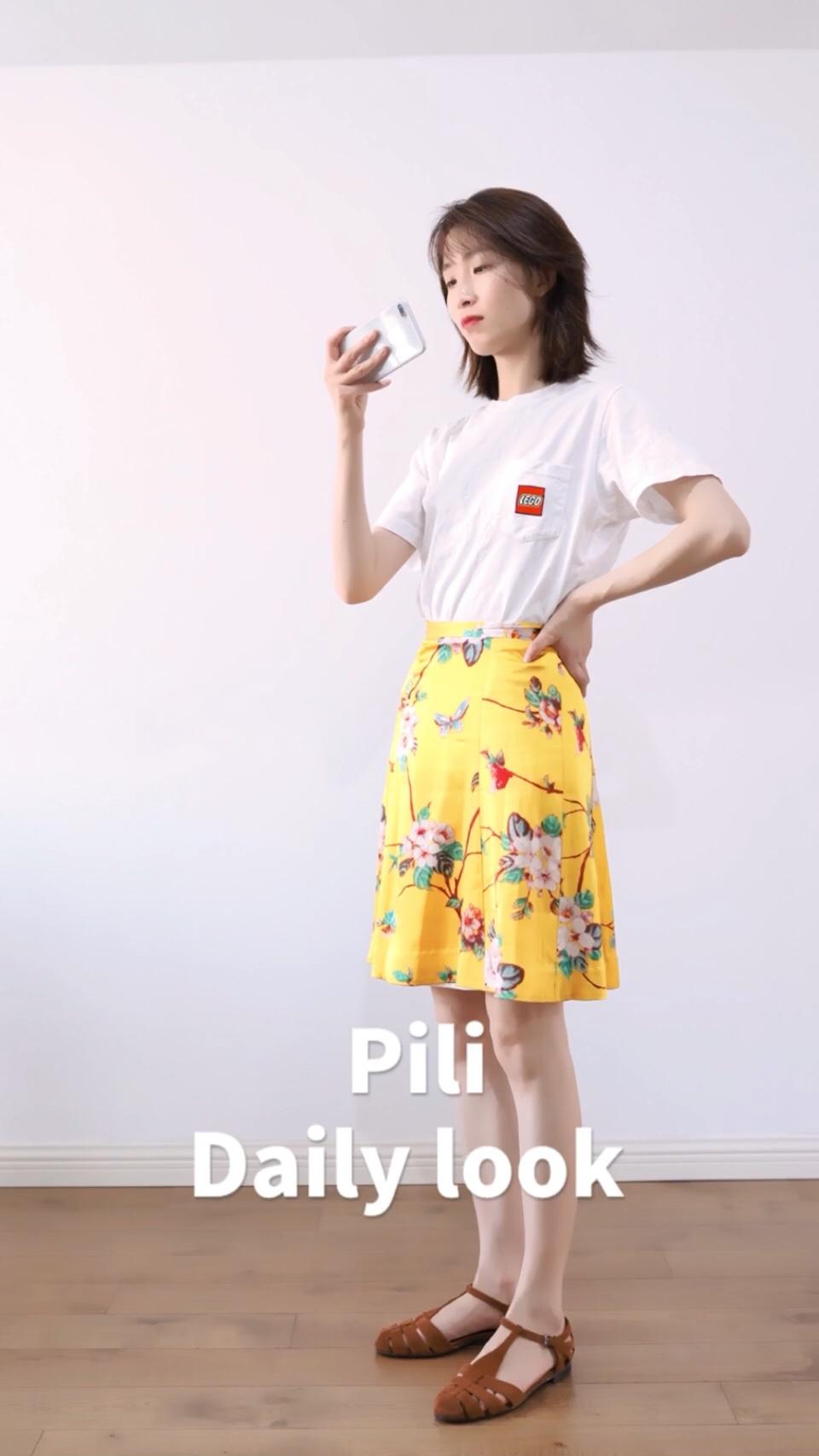 pili dailylook T恤: 优衣库 裙: my topbuyer 鞋: church's 裙子大概就和六七月的阳光一样耀眼了,非常抢戏的色彩,只要一些基础色压一下就好,别的配饰也是多余 #小个子穿什么一键拉长比例#
