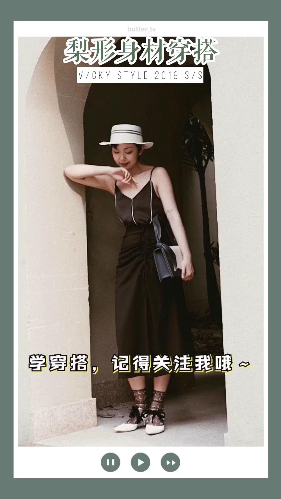 #618必入,不用修腿的小裙子!# 简约一身黑,拉长比例的收腰搭配! 夏日最适合的吊带也是梨形身材的福音啦