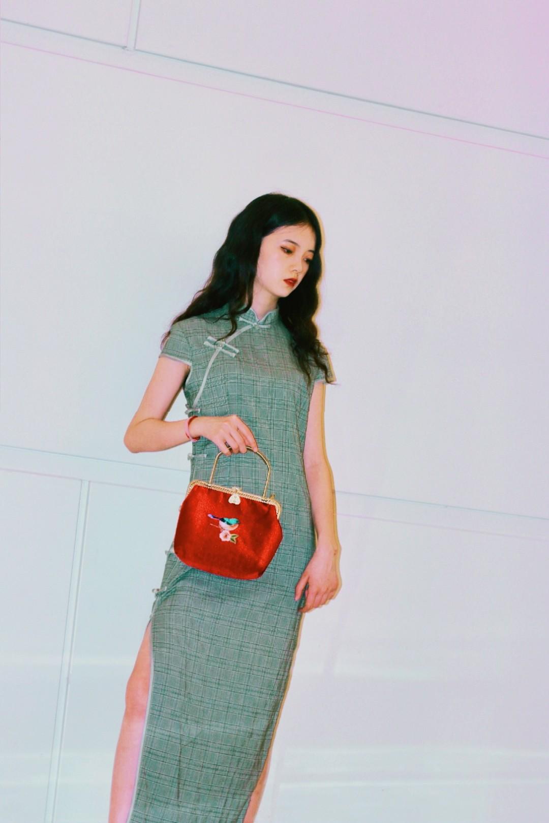 搭配分享🦄 身高160~ 绿色小旗袍搭配一个红色复古小包包 再穿一双红色的玛丽珍高跟鞋 加上一个复古祖母绿耳环 复古风满满  感觉回到了老上海 回头率200%!#小个子穿什么一键拉长比例#