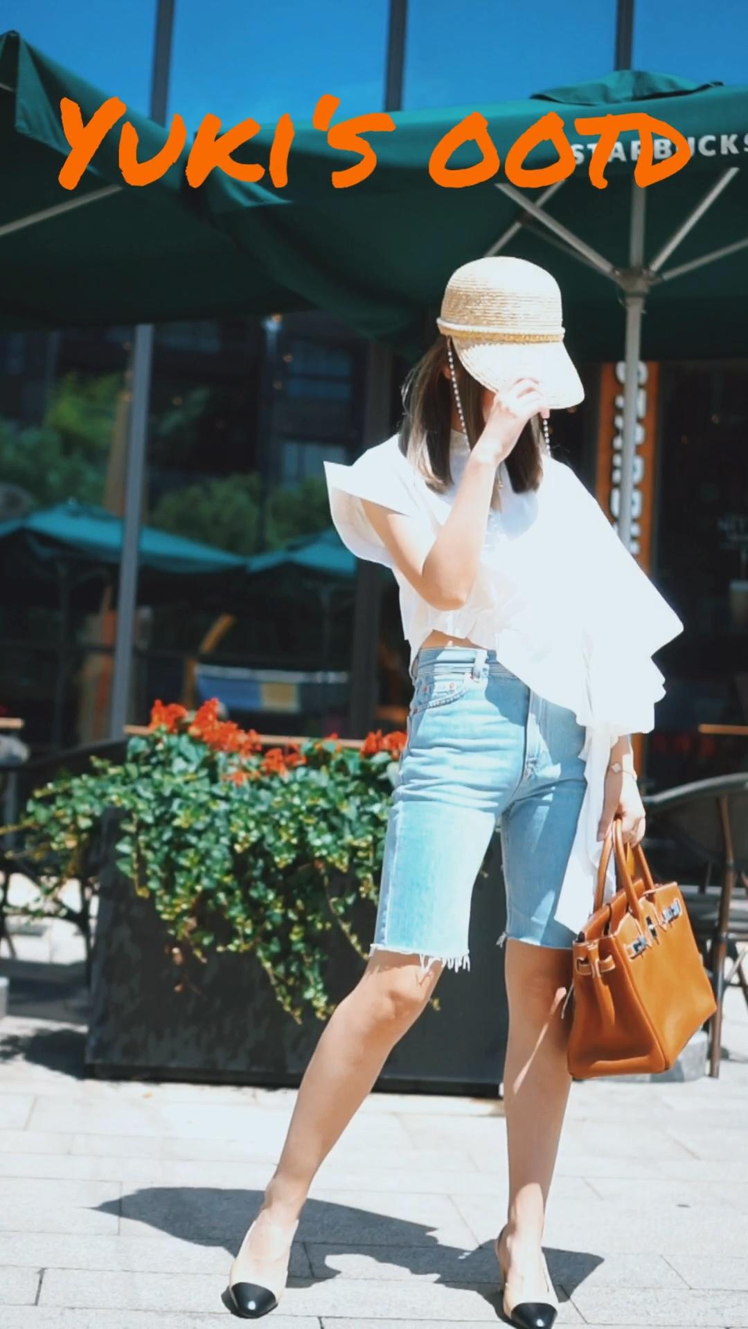 #小个子穿什么一键拉长比例# 女人对衣服的欲望总是无止境✅ 穿的美美哒心情才会好哦! 心情好了万事就顺心❤️ 良性循环模式♻️ 🌈🌈🌈 又到了到换季的时候 衣橱也要翻新咯! 🔺今日主题:优雅大方约会必备 上衣:icy 不对称的设计真的超级喜欢💕 这件上身效果出乎意料 而且还很凉快哦! 裤子:pull&bear 鞋子:chanel 包包:hermes 帽子:ann teano