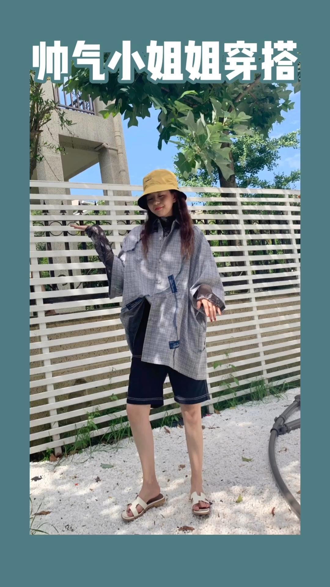 摄影:小鲸鱼 场地:山月空间 #蘑菇街新品测评# 衬衫可以说是酷酷的女孩子的必备产品 和短裤搭配在一起很协调  内搭搭配了一个打底 很喜欢