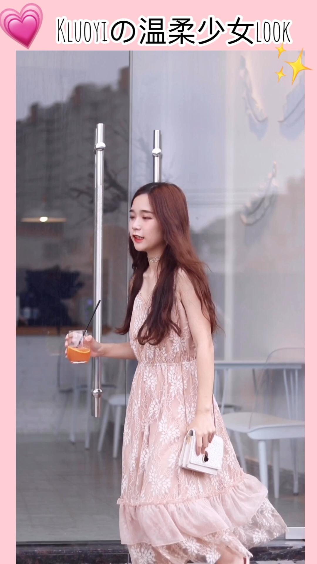 #热炸天,穿的轻薄才解暑# 很仙女的网红裙呀 穿上非常显气质~ 而且轻薄好看 适合夏日穿哦 搭配的包包和鞋子都是浅色系的 非常温柔气质呢 卷了个蛋卷头 更显洋气呢