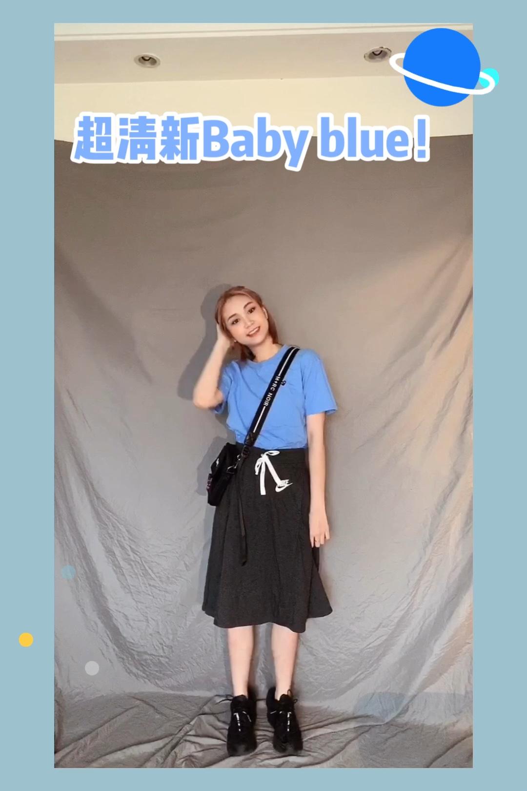 baby blue是这个夏日的最爱了 显白又清新的感觉 搭配灰色半裙整体简洁舒适 这样出门非常方便快速 #炎夏宜恋爱,穿衣宜裙纸~#