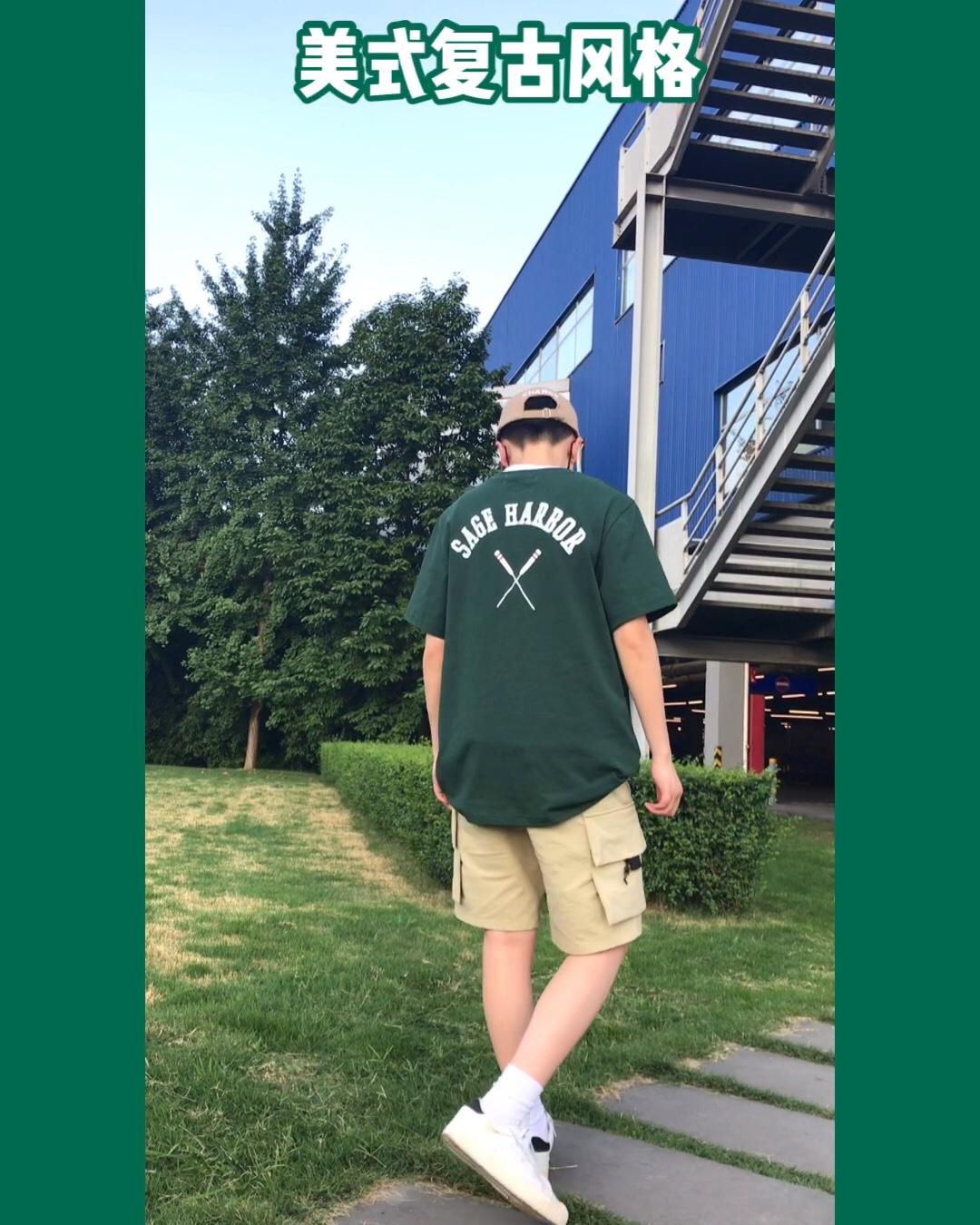 """#夏日消暑解热要靠""""绿""""# 墨绿色T恤,后背船桨印画T恤,美式校园复古风格,搭配工装裤牛仔裤都好看,很适合夏天的颜色,并且很显白 裤子和帽子都选了同一种色系,比较休闲,并且突出衣服的颜色,看着很凉快"""