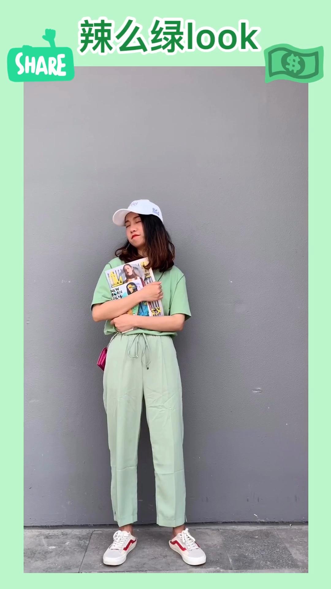 """#夏日消暑解热要靠""""绿""""# 风格百变的学生党穿搭✨ 辣么绿look 我真的太爱绿色了 买了很多绿色的衣服 绿色的短袖搭配绿色的裤子 清凉搭配很亮眼 玫粉色的小包包增加亮点和色彩感 帆布鞋和棒球棒更加的学生活力风! 希望学生党妹子们美美哒 我们一起学穿搭呀❤️"""