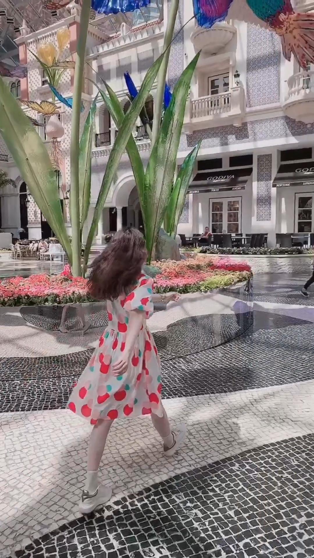 阿娇每日look|满满少女情怀的复古泡泡袖连衣裙 非常眼前一亮的裙子. 而且面料都什么都好透气舒服.  今年为什么流行这种复古的大泡泡袖? 因为显头小啊! 头小了,比例就好,腿自然就长了. #炎夏宜恋爱,穿衣宜裙纸~#