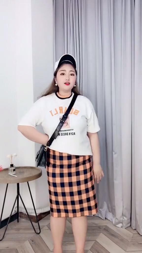 #神仙级显瘦连衣裙,早买早瘦!#好看的白色T➕半身橘橙格子裙 简直是夏日超级特别的搭配哦 强烈推荐这件T恤 超级好看 半身裙很显瘦哦