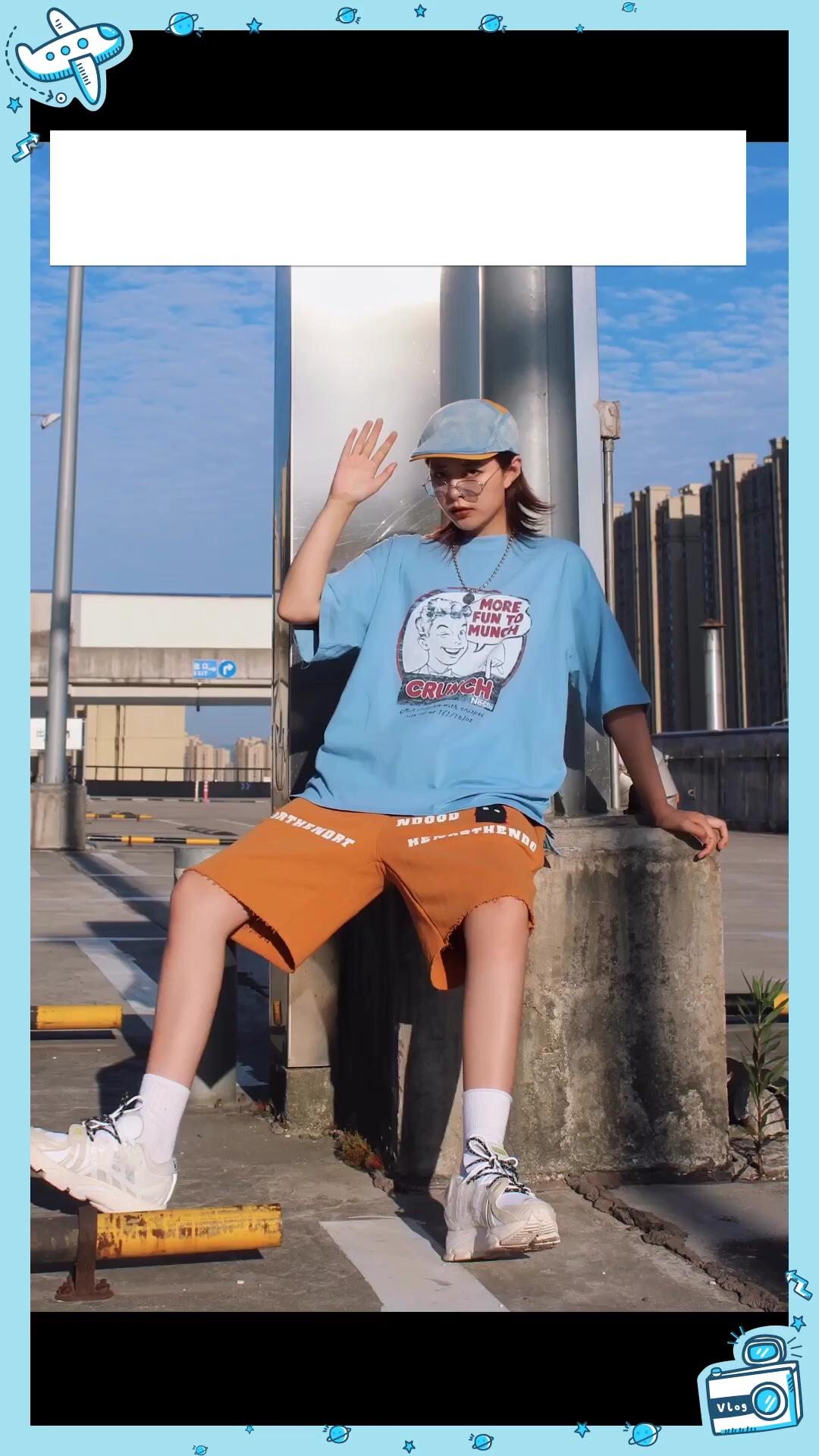 #百元内穿搭!学生党看过来# 天蓝蓝 我的衣服也蓝蓝 超显白的婴儿蓝!印花嫩 颜色也嫩 这种比较清新的蓝我第一次尝试 出乎预料的好看吼 是夏天的颜色没错啦  姜黄色的裤子也是我最近的心头好 裤腿的印花很有新意 最重要的还是版型 宽大但是有型 喜欢中裤不能错过它哈哈哈  鞋子是最近的新宝贝 希望李宁可以多出些好看的鞋子!这双颜值脚感都在线 很值得入的一双鞋  帽子也算是点睛之笔吧 融合了上衣裤子两个元素的颜色 小拼接很有特色 搭配的蓝色眼镜也是同理   衣服:MVPRFW 裤子:NorthendBrand 鞋子:Lining