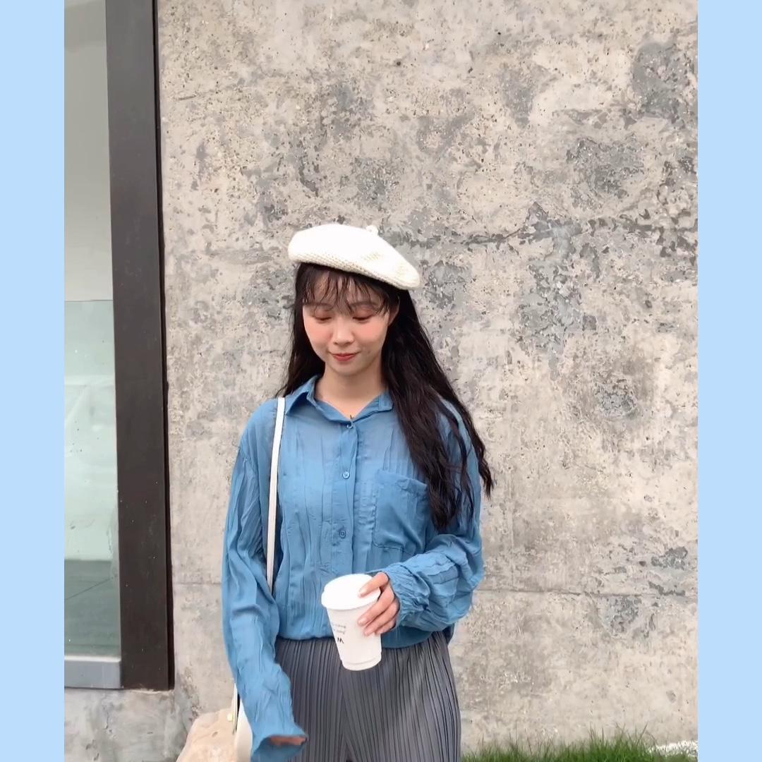 #韩国小姐姐夏天都这么穿!# 确实是今年很多的小众品牌的设计理念 都有用到褶皱这块工艺, 别看它看起来好像很基础, 上身真的显瘦。 轻薄的雪纺材质,经过打皱工艺后, 炒有感觉,随意中自带嗲嗲的柔软感, 上身后你就是气质小姐姐啦! 敲爱这款颜色的,大牌的深紫色, 推荐这个颜色,实物狠赞,质感高端, 松石蓝,比较韩系温柔,嗲嗲的感觉, 配上褶皱奶奶裤敲洋气的! 或者搭配高腰花苞裤, 扎进去穿,精神利落, 也可以搭配大长腿裤, 口袋一插,气场强大!
