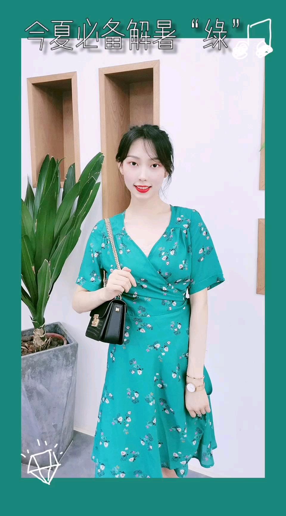 #热炸天,穿的轻薄才解暑# 夏日必不可少的颜色 当然是绿色啦 这条温柔优雅的碎花裙 给人眼前一亮 收腰设计突显好身材 满分 √