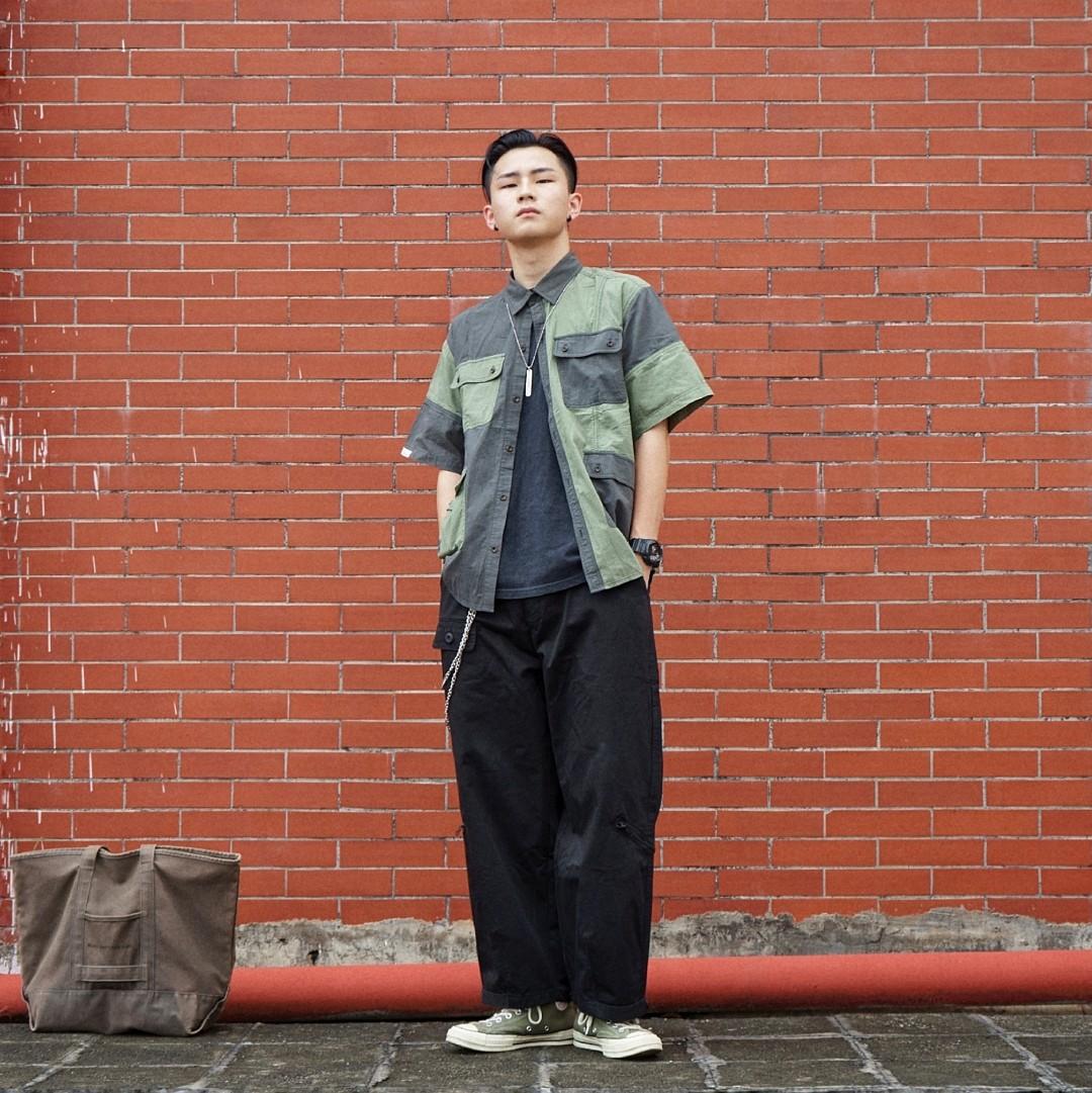 直男阿泽的穿搭分享 外搭:Proteus「很有设计感的衬衫!」 内搭:VMCL「随便找一件黑T就好啦!」 鞋子:Converse军绿「百搭的帆布鞋呢!」 搭配灵感:俺的整体搭配是围绕上衣外搭的军绿色来开展的 基于本人朴实的喜好选择了整体黑色加军绿的颜色 颜色虽少 但也不会显得单调 这都得益于上衣拼接的亮眼设计!再加上一双军绿的匡威 承上启下 画龙点睛! #热炸天,穿的轻薄才解暑#