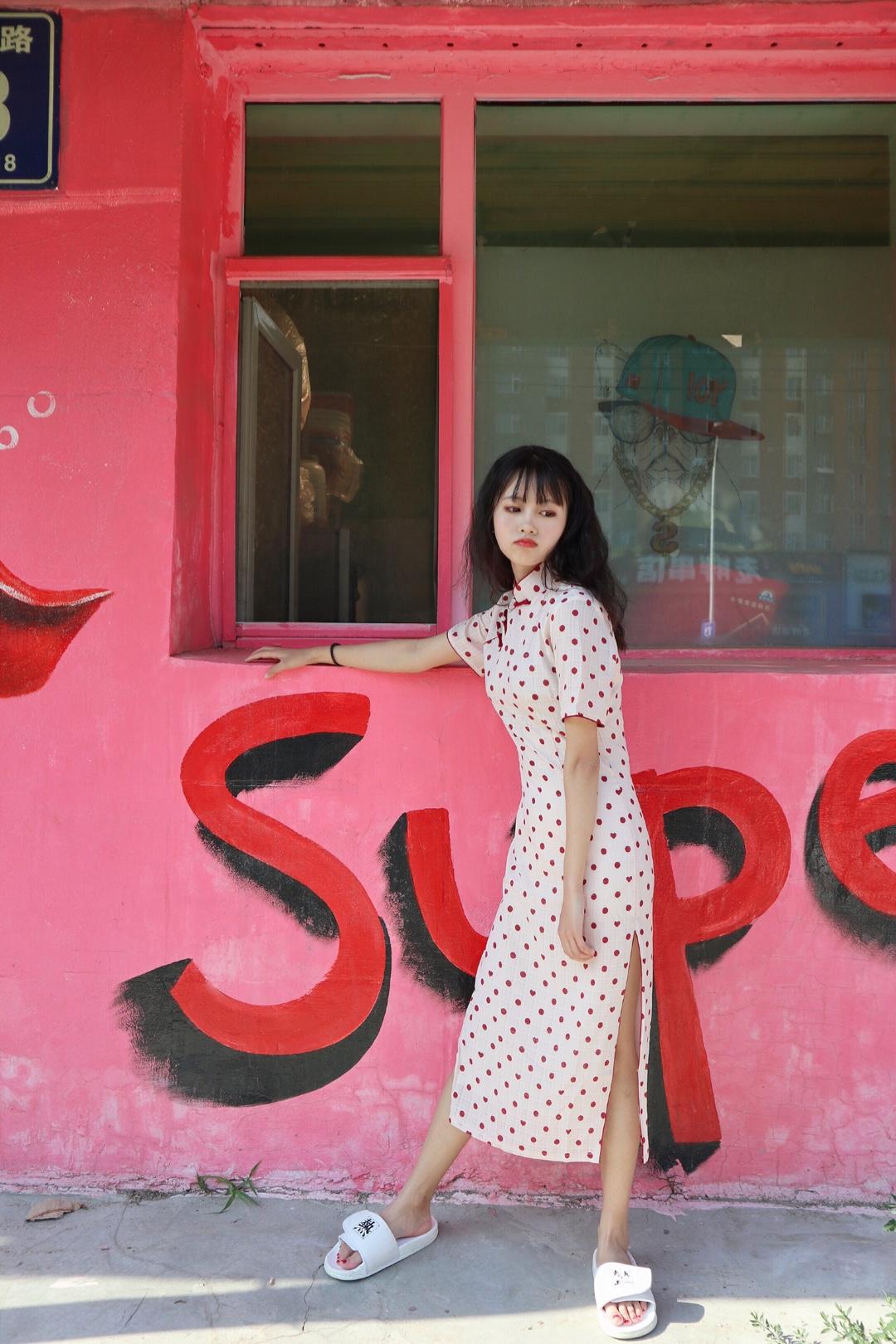 #年中大促必入的网红套装# 小心心和小圆点的设计 提升了时尚感 旗袍是国粹 展现出优雅和气质 这款用中国元素和现代潮流相结合 更加的给人一种港风的感觉 这样穿出去,超级吸人眼球