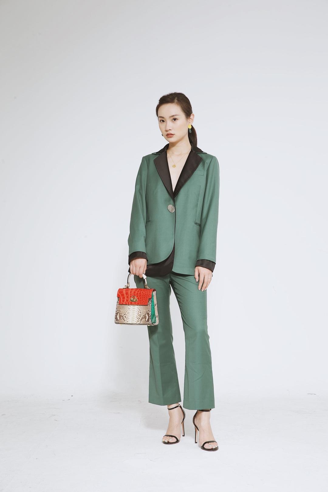 选择大面积的绿色系单品,很有春夏的气息。绿色的小格子西装,给人一种很清新的感觉。最别致精彩的,就是腰间小腰包的搭配了,很独特个性的感觉,个性又可爱,再加上一条热辣的耳环,分分钟化身街头的时尚潮人啊! #年中大促必入的网红套装#