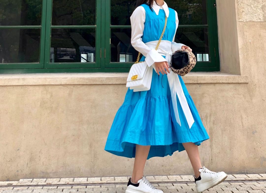 回头率非常高的一套穿搭 ,尼斯蓝的无袖裙里面搭一件丝绸衬衫 ,配上腰封 。非常适合夏天 白色的方形菱格包跟穿搭色系也非常符合 。腰封拉高整个人的比例~因为是丝绸的材质整体看上去比较高大上#160以下的妹子,亲亲建议这么穿哦#