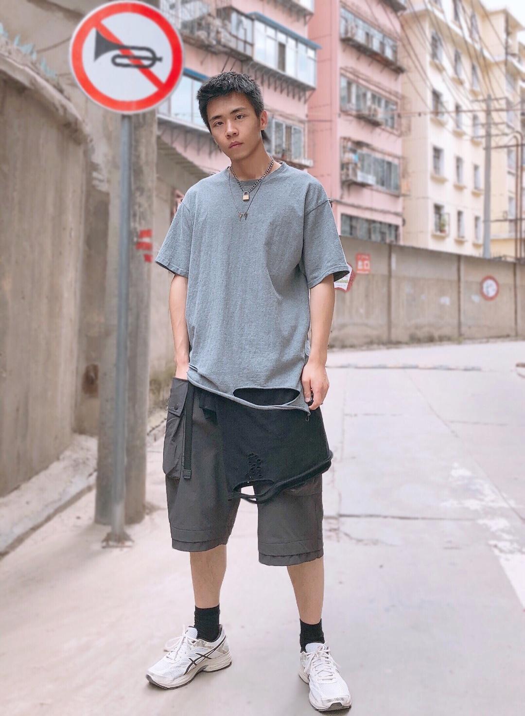 上衣:GLOWING STUDIO 打底:NEVAVE 短裤:WhoseTrap 鞋子:Asics  夏天很清爽简约的穿搭方式,不用过多鲜艳的颜色去可以营造,简简单单的黑白灰也可以穿的有型,上衣直接选择了基础款的灰色纯棉T恤,非常舒适清爽,为了不会显得太过于单调,用项链做一些营造,下摆也是有破洞设计增加一些复杂感,再用同样有破洞设计的打底做一个烘托,短裤也是选择了基础款的黑色款式,加上一双百搭的老爹鞋,清爽出街!#毕业旅行这样穿,稳赢!#