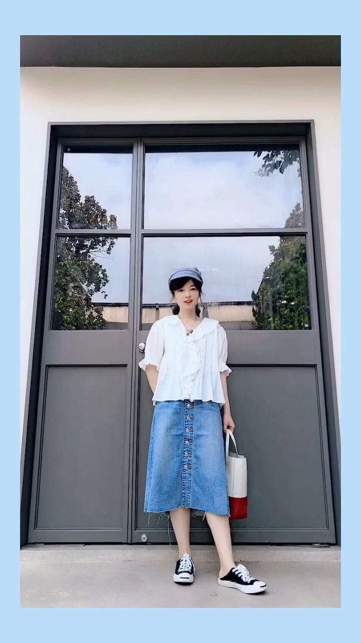 #618一天入手,30天穿搭不重样!#  白色上衣+牛仔裙 也是夏天的标配哦 花边设计的白色小衬衫hin可爱 搭配单排扣的牛仔裙 是小文艺风哦