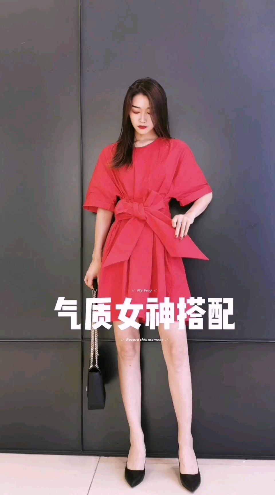 #您的十级瘦身裙纸,已发货!# 💃超级显瘦的衬衫连衣裙,红色最为经典,给人热情大气的印象。 本是宽松的设计,但是腰带的点缀一下让她有了灵魂,显瘦一百分!宽腰带扎成一个蝴蝶结🎀,中和了严肃感,也多了些设计感~  👠选择一双高跟鞋,搭配简约大气的包包,提升整体的气质感!