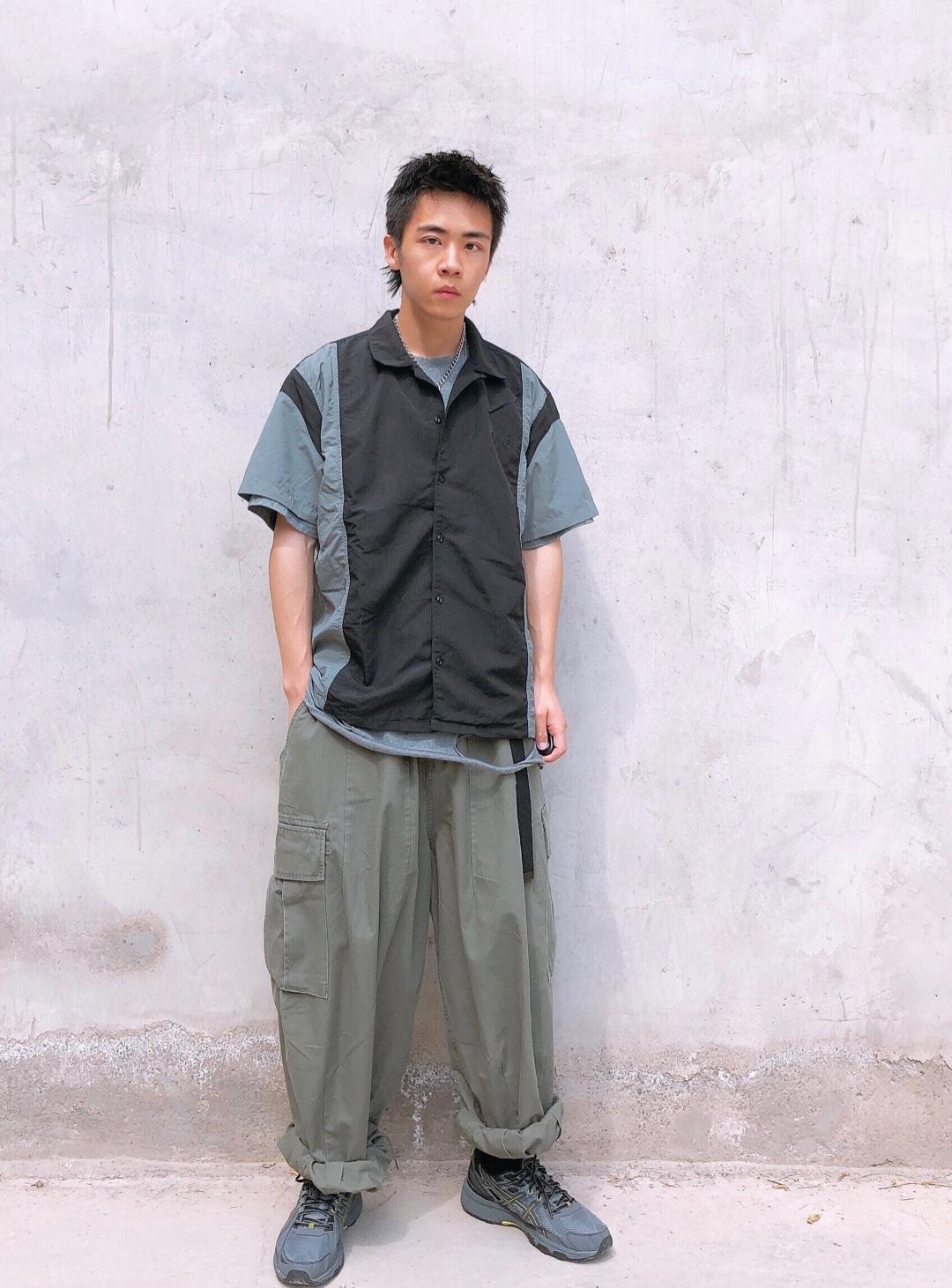 短袖:WhoseTrap 打底:GLOWING STUDIO 裤子:714street 鞋子:Asics  选择了比较偏工装风格的穿搭,无需过多鲜艳的颜色,基础工装的经典配色就可以安排的明明白白,黑、灰、军绿,这三种颜色本来就是百搭,在一起相互碰撞也并不显得违和,打底衫的破铜为整体带来更多的层次感,下身夸张宽松的工装裤也让搭配看起来慵懒又舒适,夏日工装没毛病!#减肥太太太难,显瘦套装最见效!#