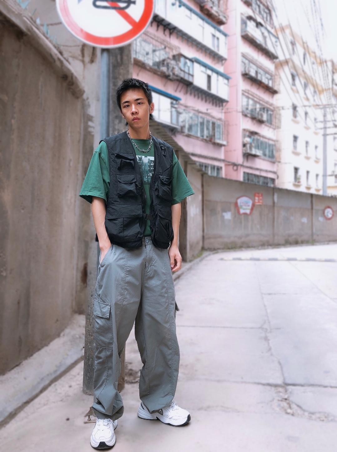 上衣:1807 马甲:GLOWING STUDIO 裤子:proteus 鞋子:Nike  喜欢随意的穿搭方式,不被局限,上衣选择了1807的绿色短袖,宽松舒适,增加上身的层次感,用GLOWING STUDIO的技能马甲去营造,内置的网面结构夏天穿也比较透气,裤子的话就迎合上衣也是淡绿色的的色调,鞋子还是比较经典的老爹鞋,整体还是偏港风工装的一个效果,舒适凉爽两不误。#减肥太太太难,显瘦套装最见效!#