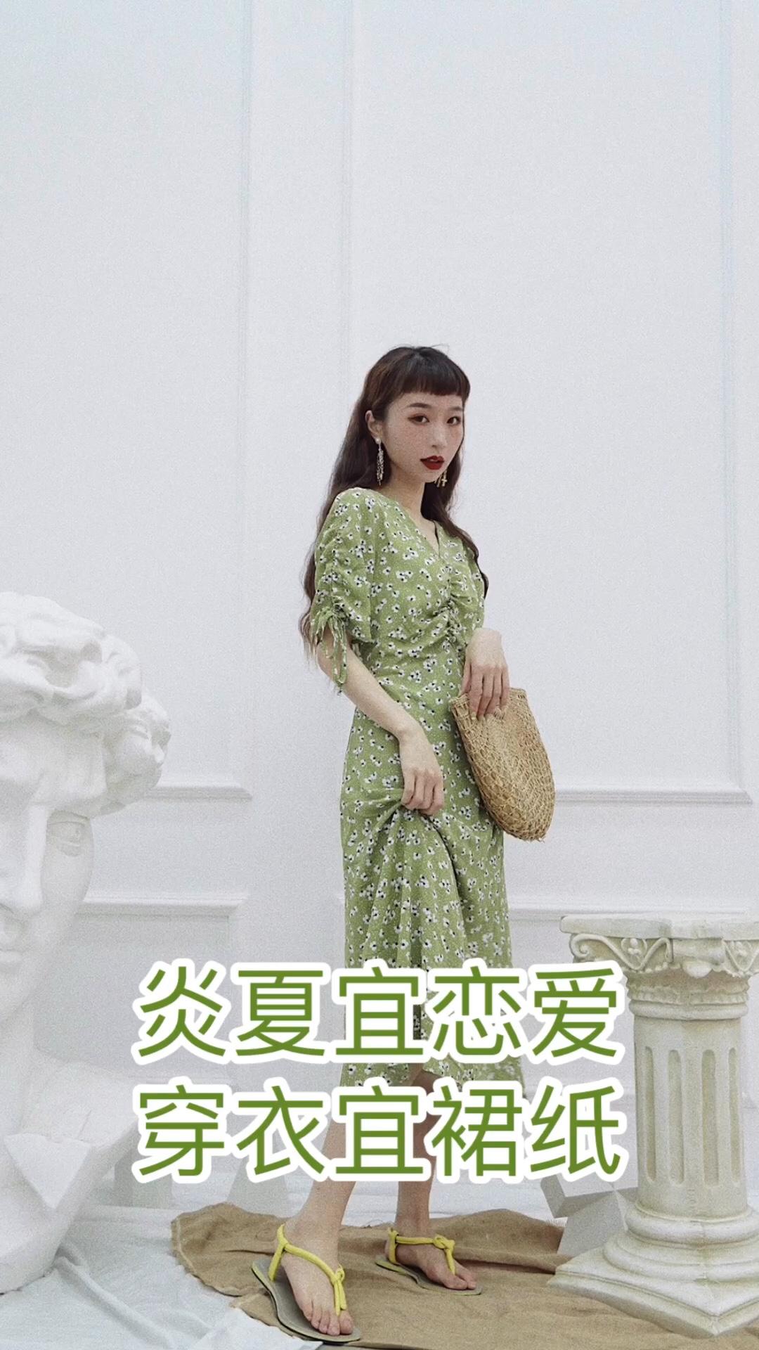 #蘑菇街新品测评#  颜色的夏天,用清新的绿色来降降温啦。法式碎花长裙,袖口抽绳和胸前的褶皱设计增添了别致的感觉,穿上一秒变清新少女,适合恋爱女孩约会穿啦。