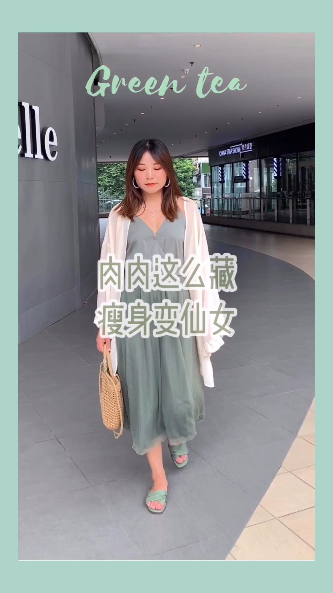 #100斤微胖女生,如何穿成80斤?# 🌲今日分享橄榄绿吊带裙~ Fairy wang家的纱裙。穿起来特别舒服,非常ins风~颜色特别好看,纱纱超级柔软,温柔气质的一款仙气连衣裙。遮肉效果一级棒! 由于我手臂肉所以搭配了防晒衣,好看又防晒,仙女级防晒衣,不容错过哦~ 热风的拖鞋,钟意这个颜色,皮面特别软,穿起来很舒服🥑