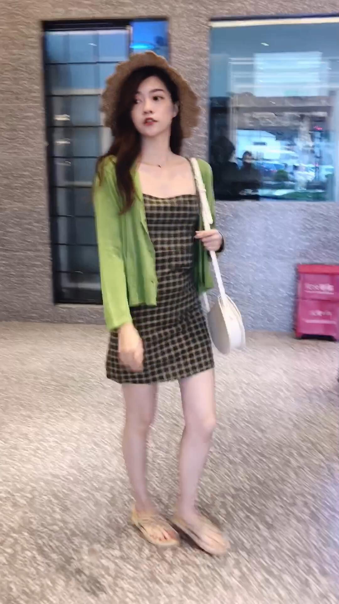 这个夏天最流行的牛油果绿真的超显白又好看 吊带格子裙加上长袖防晒衫,收腰显瘦又自带小清新  #360度显瘦の连衣裙播报!#