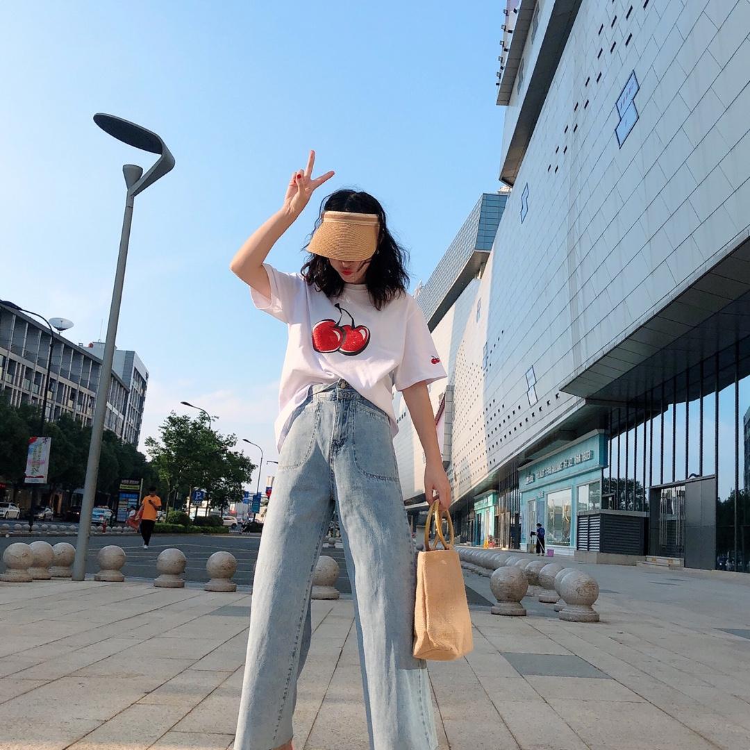 #100斤微胖女生,如何穿成80斤?#  纯白色的大樱桃印花T恤衫很有设计感 ,颜色也是非常的纯正好看、虽然一身都是宽松款 但是小个子上身效果也是非常的好看 巨美!裤子是浅蓝色的阔腿牛仔裤!很有亮点 这个裤子不容易撞款!最喜欢的长裤腿设计 与上衣的印花相呼应!非常的协调不突兀!更有层次分明 潮人必备~