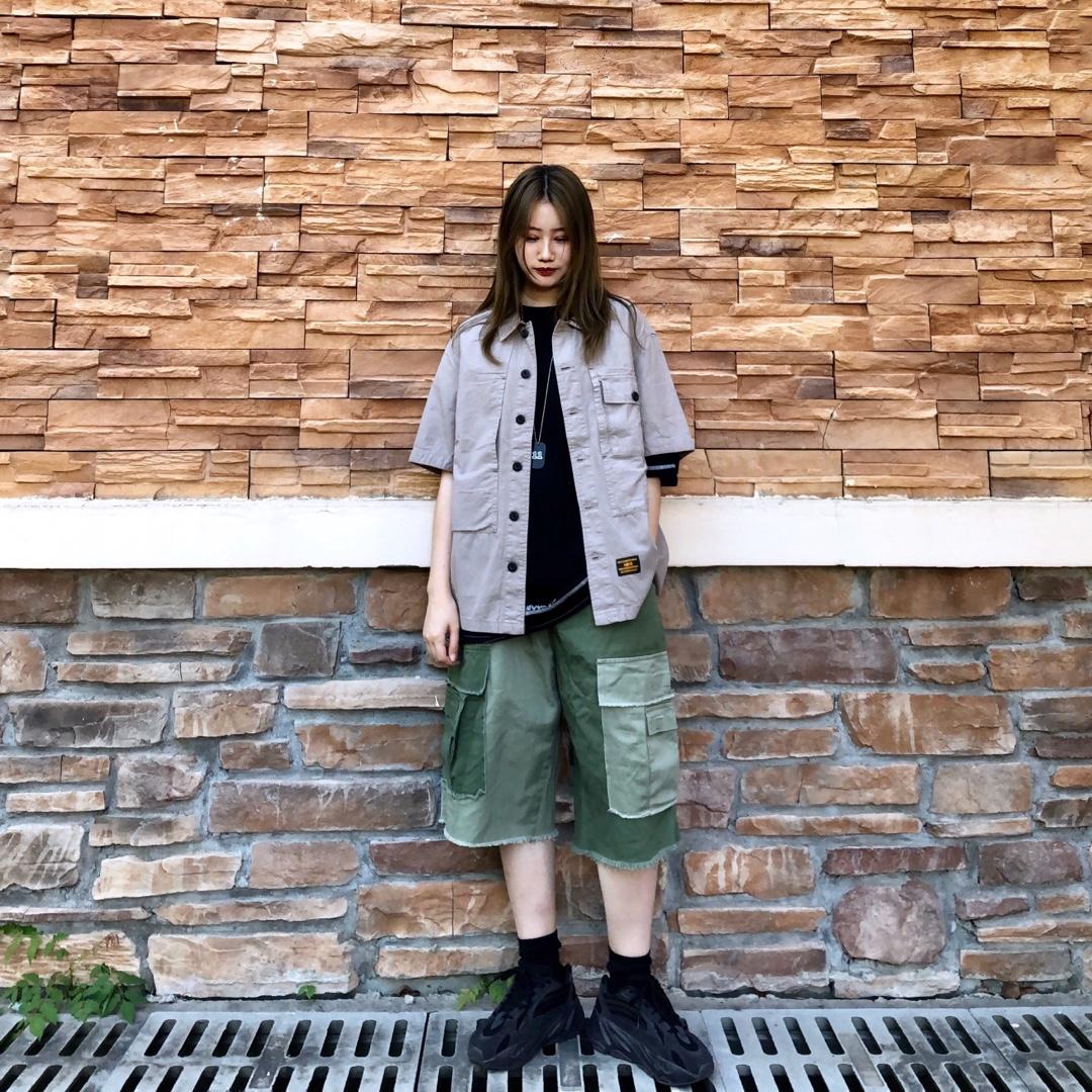 #618不能错过的网红店新款,买!#👕:WHOSETRAP卡其色上衣 这件工装短袖既可以当外套穿也可以当内搭 很舒服的质感 内搭了一件黑色短t 增加整体的层次感  👖:拼接绿色短裤 这个裤子无敌好看 无敌百搭 两边大大的口袋真的是非常有设计感 拼接的很高级 怎么穿怎么好看 鞋:yeezy700 这款鞋最近上脚很多次 出镜率很高 因为是真滴好穿!也很百搭