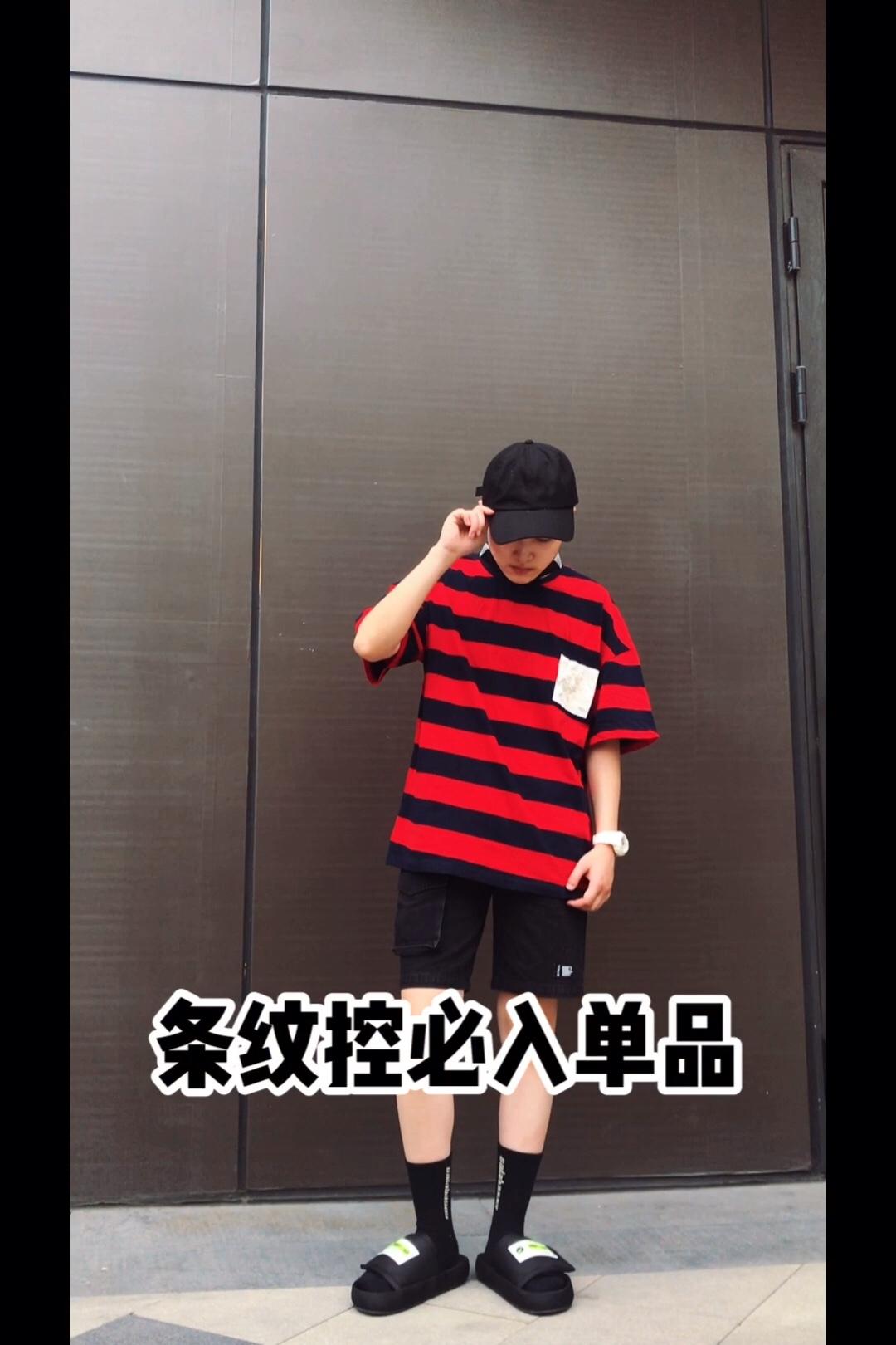 #618不能错过的网红店新款,买!# 撞色条纹搭配花朵贴花的T恤 版型是宽松落肩版型 横条纹比较宽松,真的很显瘦显身材 黑红色条纹,很显白的颜色 高对比颜色都衬肤色