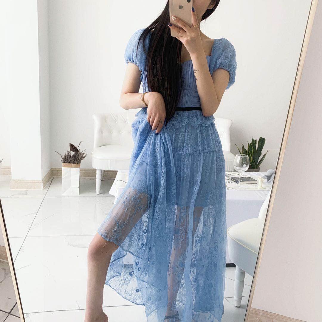 喜欢这一款礼服款式小仙裙吗?#备战618,网红美妆好物种草#完全是遮肉神器 把你细长直的大腿漏出来!把你的锁骨漏出来!! 蓝色蕾丝装饰 别具一格 非常女人的一款 很大牌 穿上这条裙子 你就是这条街最亮的gai