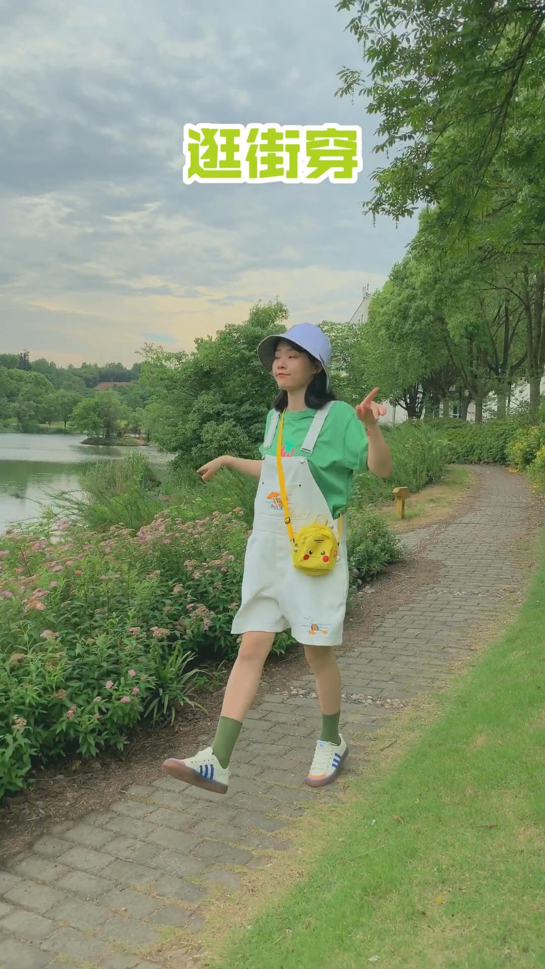 """---小懒の日常穿搭---  今年夏天超级流行的绿色系单品,你准备了吗?看一下这些绿色系的穿搭你有喜欢的吗!  #夏日消暑解热要靠""""绿""""#"""