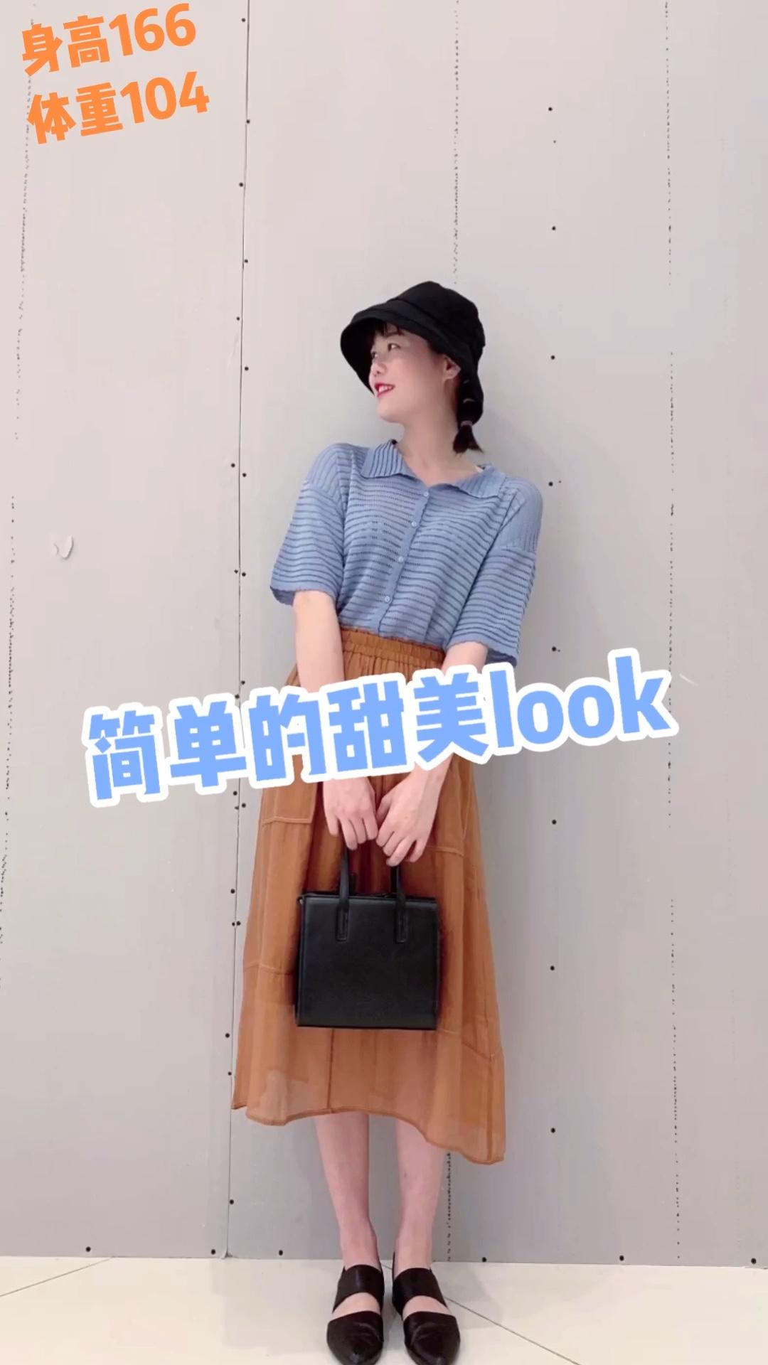 #韩国小姐姐夏天都这么穿!#  针织上衣的领子我很喜欢 很甜! 撞色搭配焦糖色的半裙 半裙的面料无敌的舒服 跟挂空挡似的哈哈哈哈 鞋子包包还有帽子互相呼应使得整体看起来比较舒服