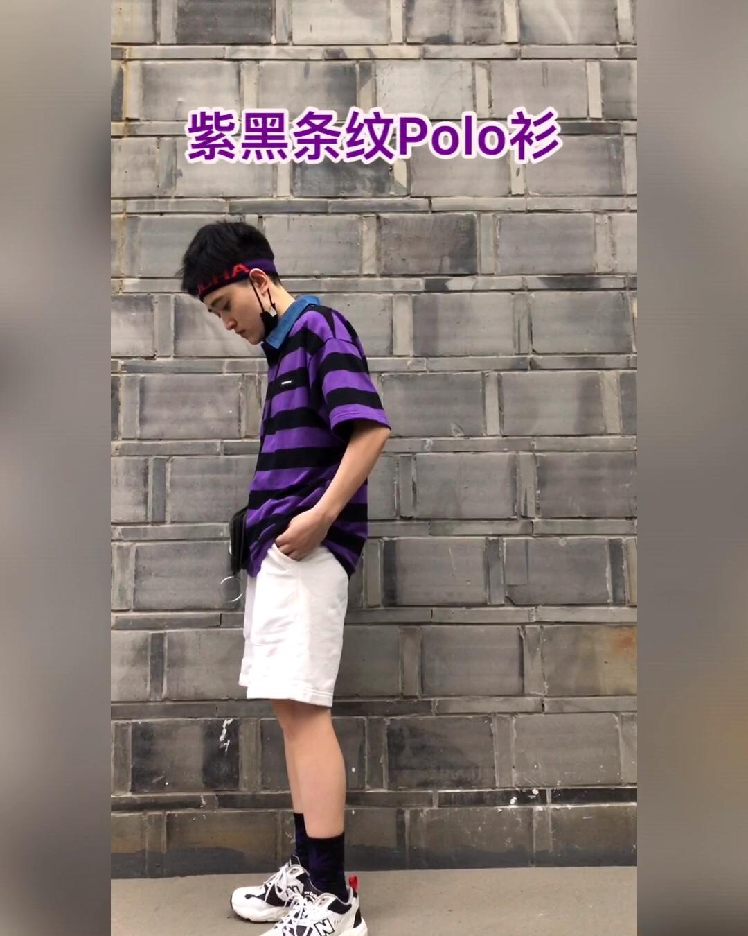 #618一天入手,30天穿搭不重样!# 港风宽松翻领Polo 衫:黑色与紫色的碰撞,这种程度的宽条纹反而显瘦,领口的牛仔布设计让衣服更特别,冷色调在夏天显得比较凉爽。 发带底色也是紫色,有亮色字母点缀,会显得更酷,正好可以搭配这件衣服。 裤子可以选择牛仔裤或黑色的工装裤,这次特意搭配了白色运动裤,和上衣颜色对比会使整体更加鲜明,比起深色裤子整体没那么闷