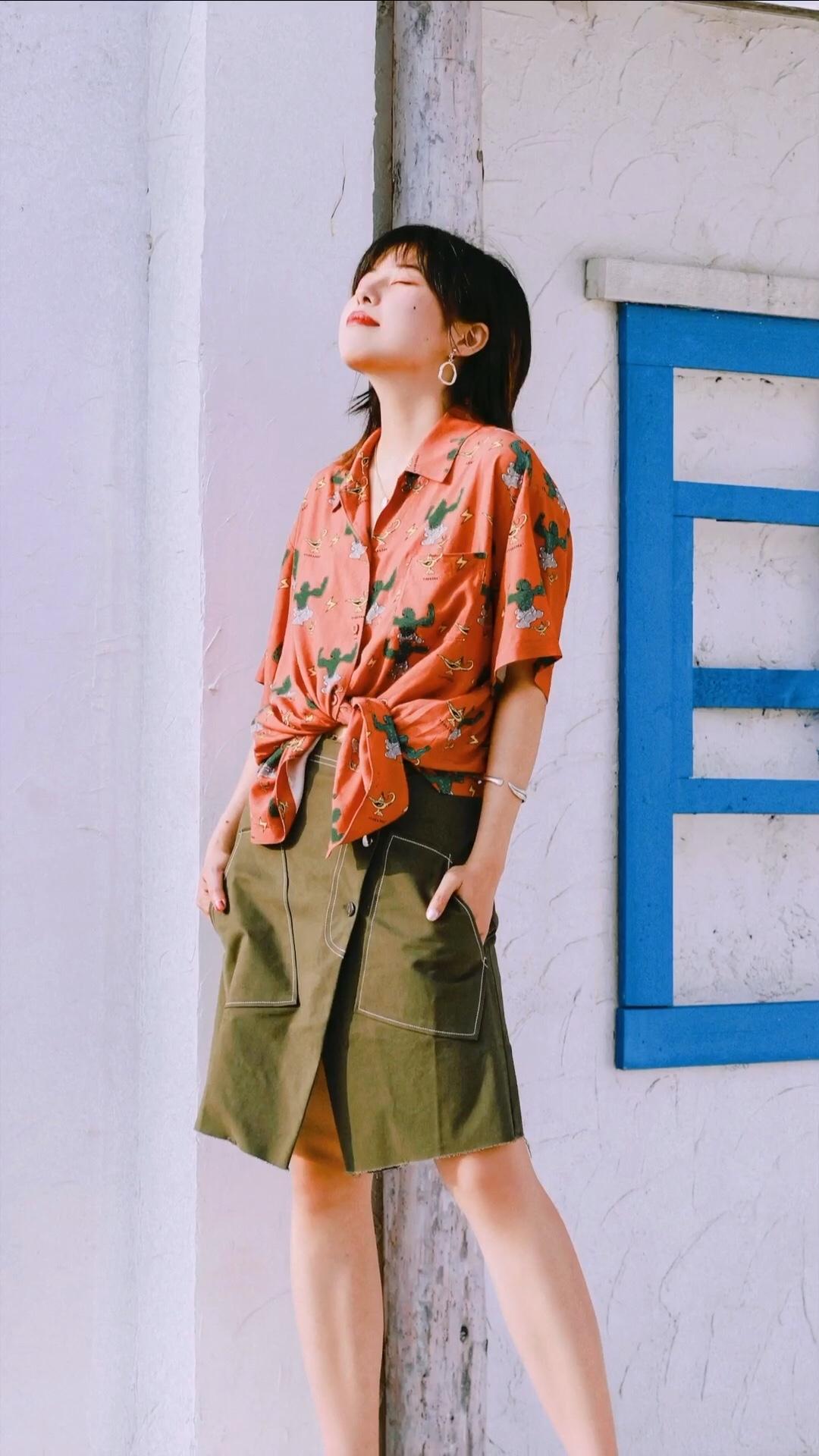 卡通插图的衬衫 相当的可爱特别 不对称的开叉半裙 更显俏皮灵动   —— 衬衫:塔卡沙 长裤:only  #蘑菇街新品测评#