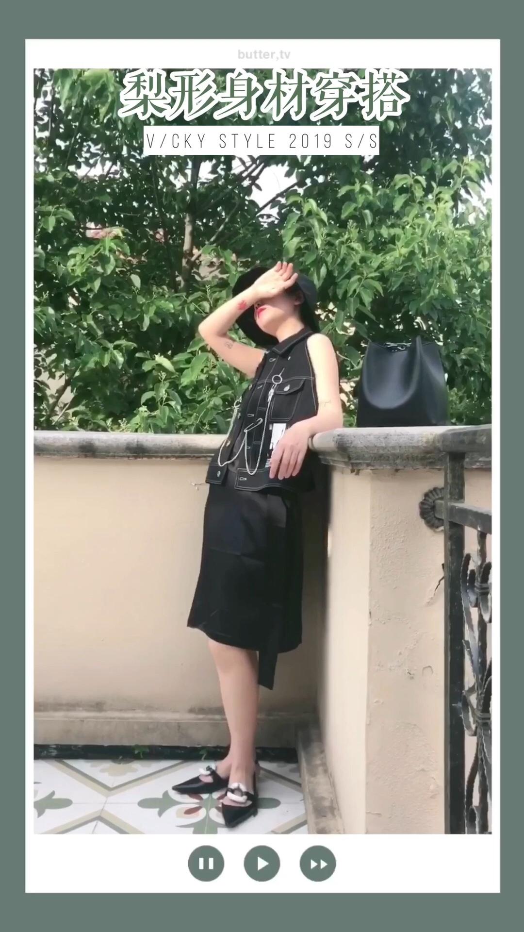 #618一天入手,30天穿搭不重样!# 黑色牛仔马甲混搭蚕丝连衣裙,一柔一刚的搭配娘Man完美平衡 黑色也很显瘦哦!