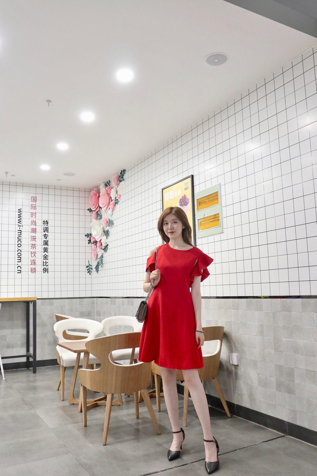 #暑假,从这条显瘦小裙纸开始!# 非常显气质的红色小裙子,红色裙子非常显白,垂感很强,很显腰瘦! 肩部不对称设计,即使上班穿也不会单调,可以说是低调又显气质的连衣裙!