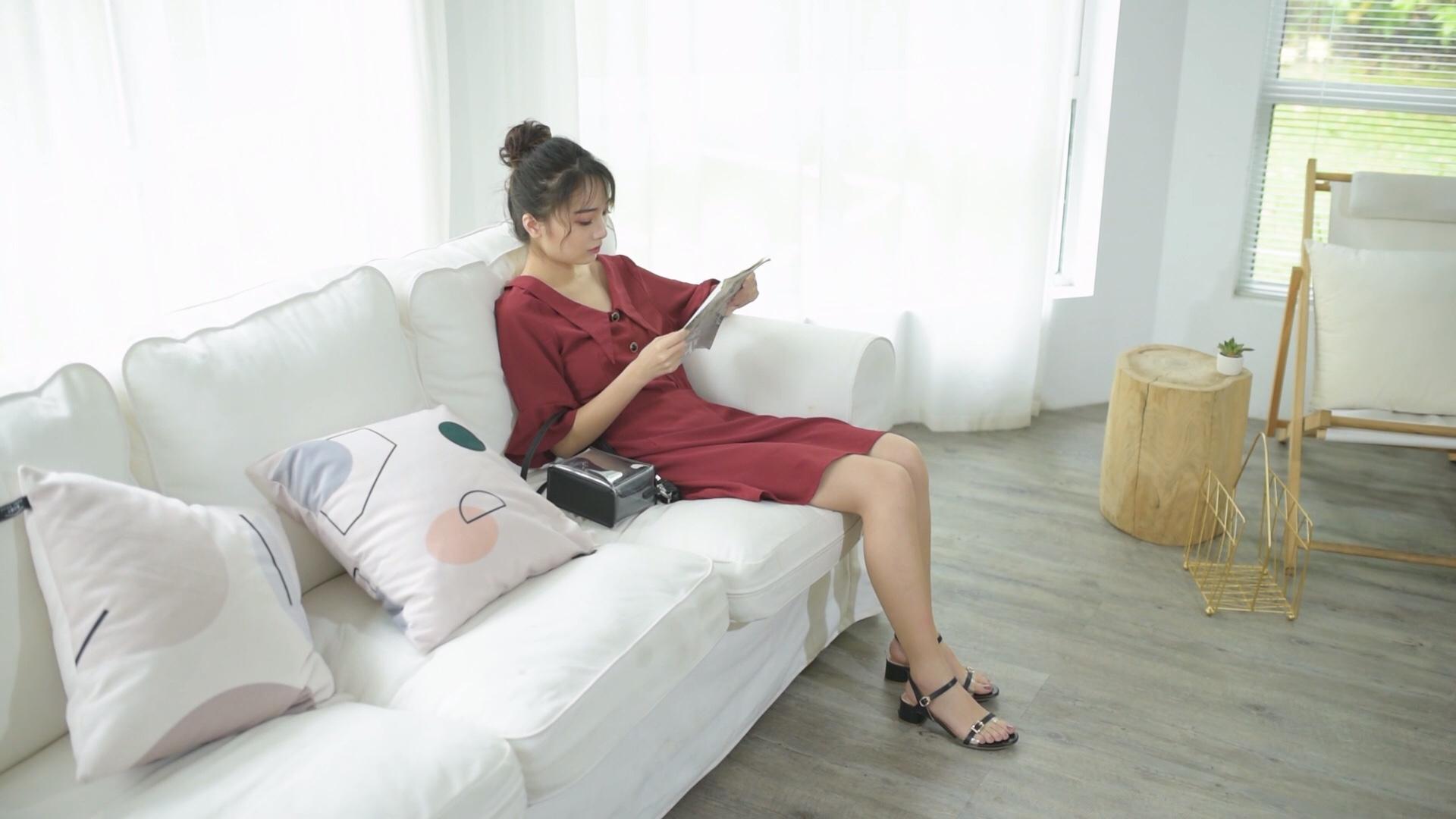 #简约气质穿搭,占领办公室C位!# 穿红色裙子的人并不多,但是穿起红色裙子却是非常好看,可以一下成为人群里的焦点。那么红色裙子搭配什么鞋子才最好看呢?热烈的红色充满生机,俏皮又时髦,而连衣裙搭配中跟凉鞋,无论你是想要文艺复古风还是青春活力范,都能轻松帮你打造。红色色调本身就给人一种视觉上的冲击感,尽显热情魅力,红色连衣裙搭配凉鞋,更是给人尽显性感的女人气质。红色连衣裙搭配凉鞋,简单有型还显得很清爽动人。正因为红色是一种活力、热情、充满朝气的颜色,所以夏日穿起来超有感觉哦。