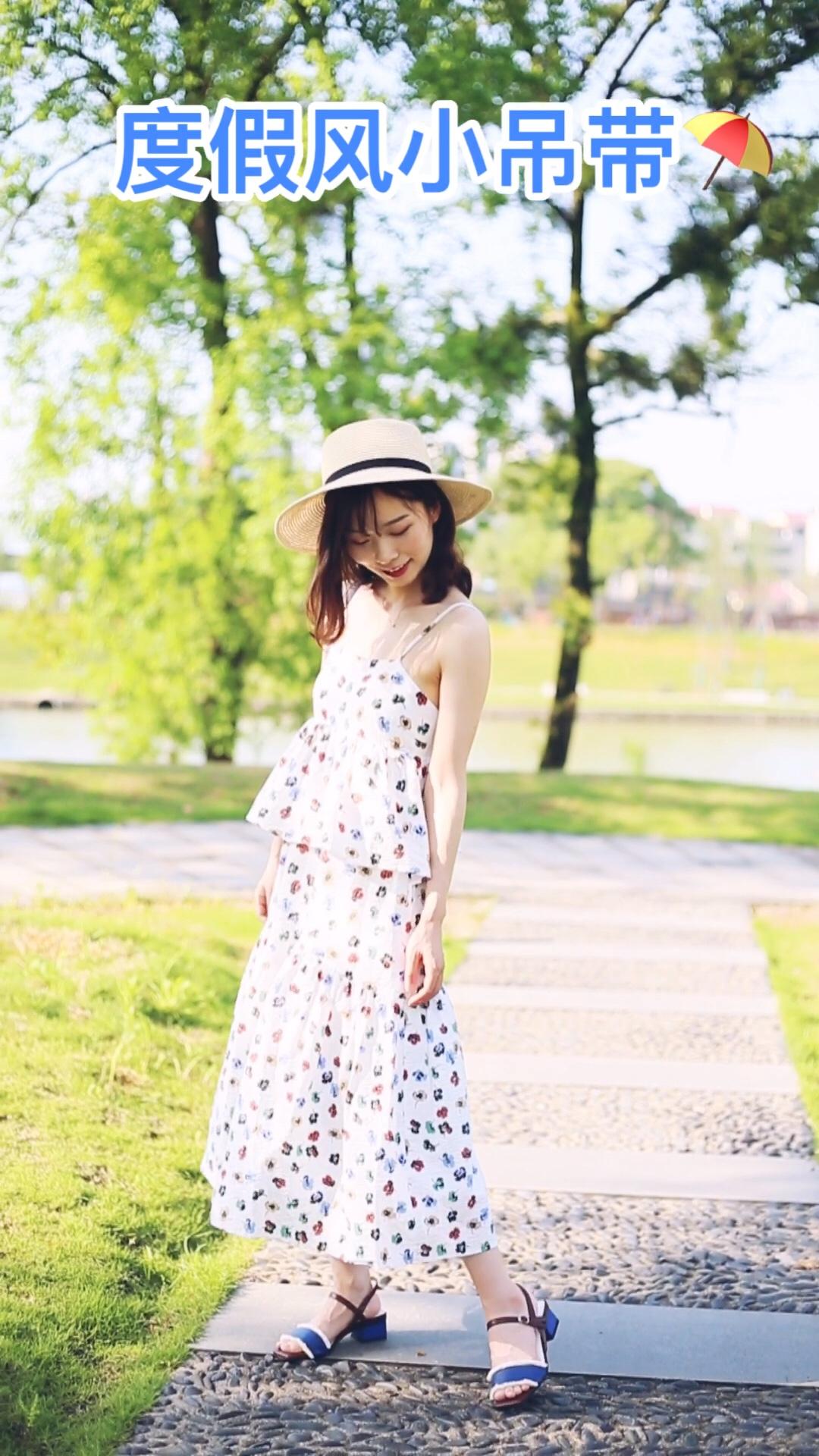 #618一天入手,30天穿搭不重样!# 小花花蓬蓬吊带裙 非常清新可爱 面料自带这周感 非常特别 搭配同色系蓝色单品更加和谐统一 很适合出门玩度假穿呀 日常的话可以加一件防晒 遮阳又好看~