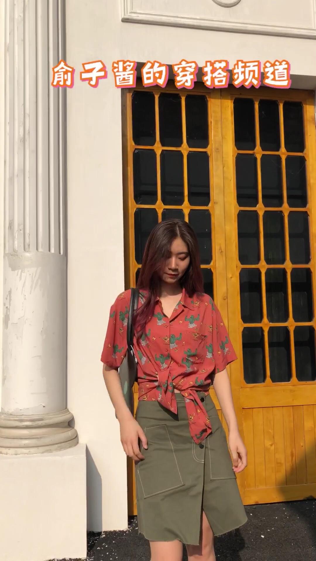 #Forever Only young#  很特别的撞色穿搭还蛮可爱有活力的搭配哦 衬衫上的绿色图案和半裙相呼应 所以一点也不突兀 将衬衫搭一个结 多了几分休闲哦