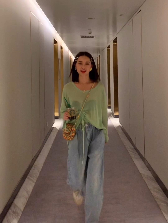 """#牛油果霸屏,听说大家都被""""绿""""了# 梦西身高:167cm  体重:46kg  三围:74/63/83  何研身高:166cm  体重:47kg  三围:79/64/85  炎热的夏日里实穿的当然还是各式各样的防晒衫了  很简约的一款长袖针织衫,纯色可以说很不挑人了~  版型是oversize型的,大圆领衬的颈部修长  但是领口不会太低,日常穿着起来会更自在哦"""