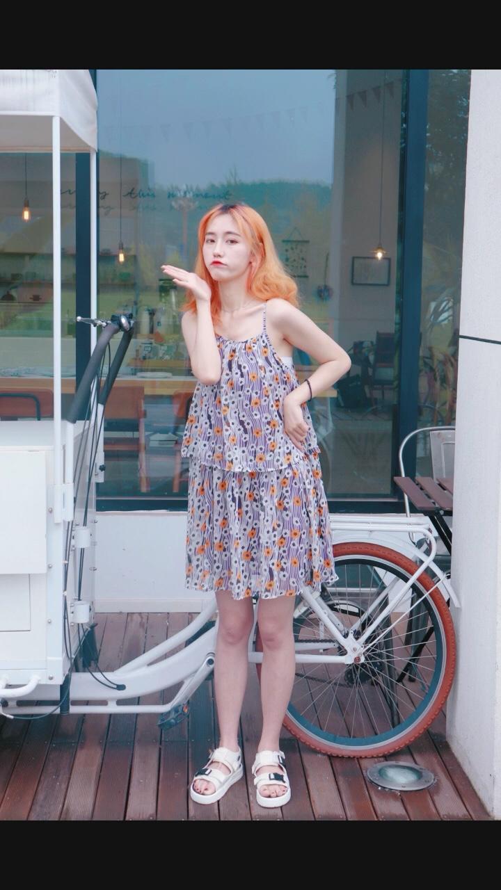 真的超级惊喜好吗!花色超特别 !裙子版型很好看 !穿着也很舒服!爱! 这也太好看了吧!!神仙小裙裙!!这真的谁穿谁好看啊!!质量也超好! #暑假,从这条显瘦小裙纸开始!#