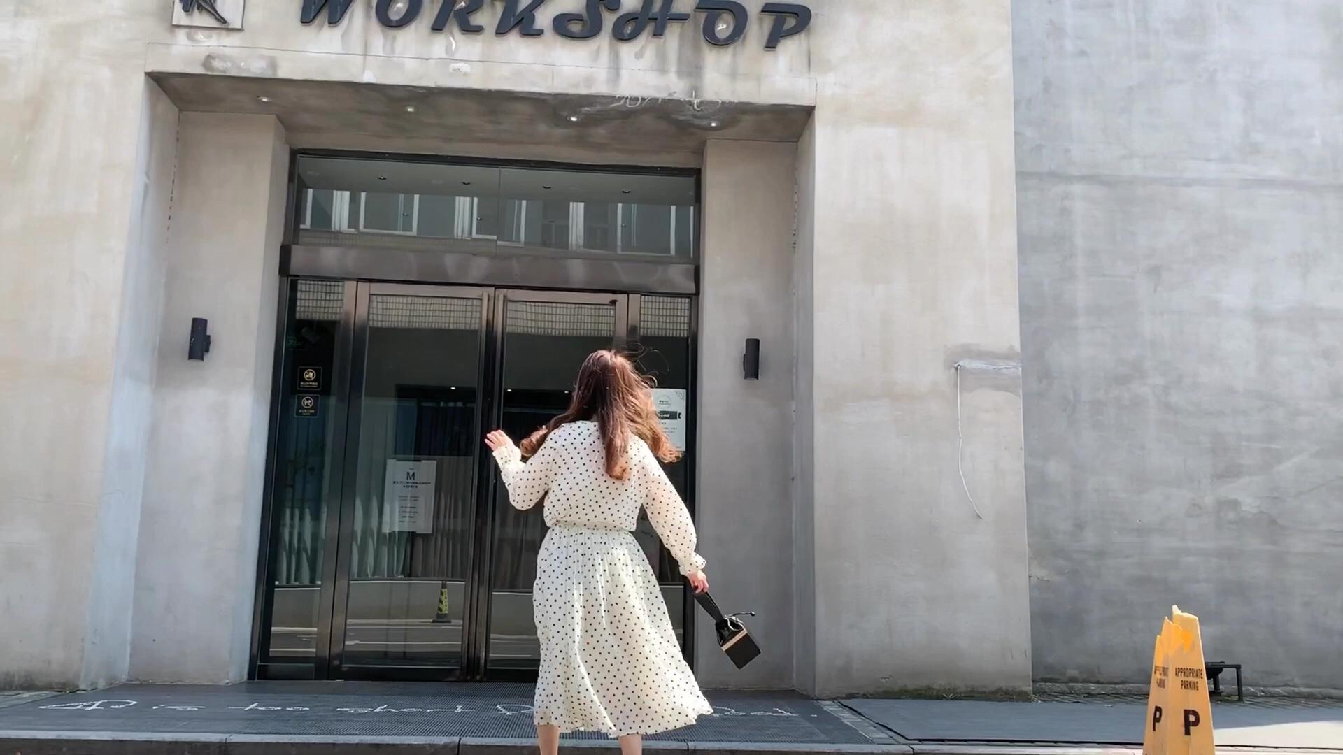 """所谓无波点不夏日,每年女生必备的穿搭,从一条""""法式波点连衣裙""""开始。衣柜里没有一条波点连衣裙,都不好意思说自己是时髦又精致的小仙女了。这套波点套装上身非常舒适,面料亲肤,手感柔软,上衣采用V字领的设计,拉长脖颈比例,视觉上更显瘦。半身裙面料用的很足,裙摆很大,垂坠感的设计,显高显瘦。整套搭配,淑女气质up up up !#跟我穿,1秒隐藏不完美身形!#"""