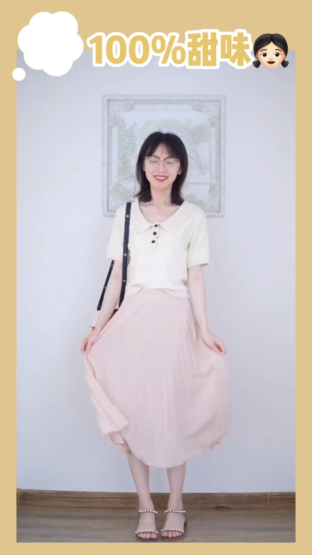 #轻柔雪纺,夏日就要清清爽爽!# 👛小毯穿什么 雪纺裙一定是每位仙女衣柜里的必备单品,百褶的版型经久耐看。杏色中透着淡淡的粉色,甜而不腻。上身搭配浅鹅黄polo针织,温柔甜美。
