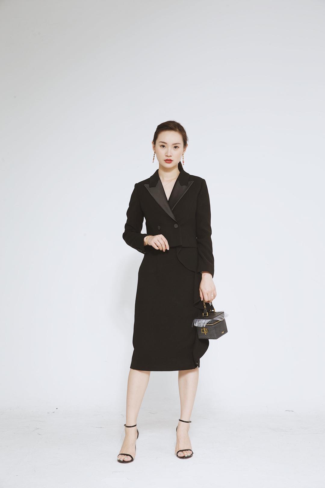 在这五颜六色的西装中,黑色西装是永恒的经典。 成熟老气的黑色西装搭配半裙,女人味十足,是甜系girl的最爱。平时穿半裙容易给人幼稚感,搭配黑色西装成熟度up,职场进阶好帮手! 黑色西装特别适合不规则半裙,既不会过于夸张,又能平衡比例,对于身材没那么完美的妹子,这种穿搭方法一定要get起来。 #跟我穿,1秒隐藏不完美身形!#